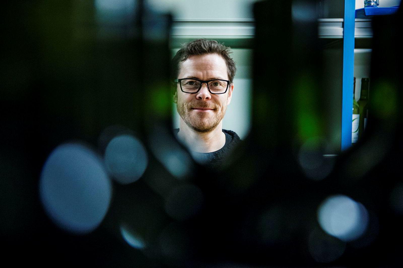 Jens Nordahl er kommunikasjonsdirektør i Vinmonopolet er overrasket over at flere ser ut til å bytte hvitvin ut med rødvin.