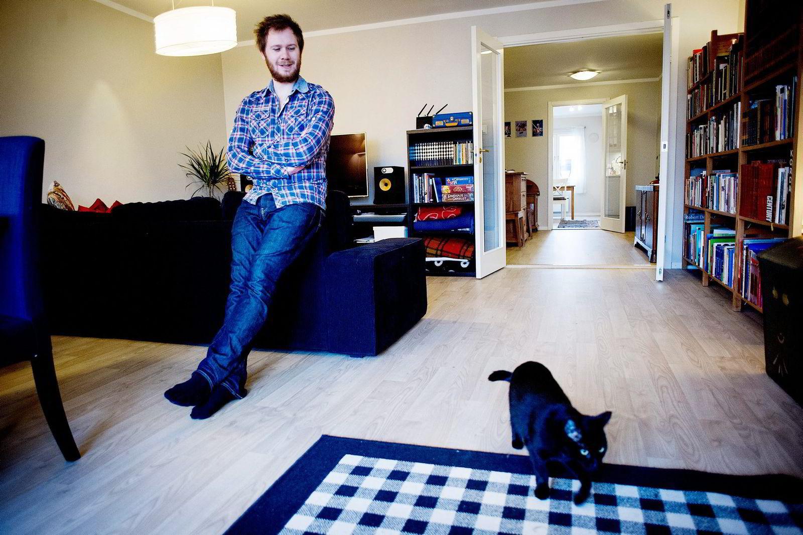 Jon Ramvi (her med katten Snowden) satser på blockchain.
