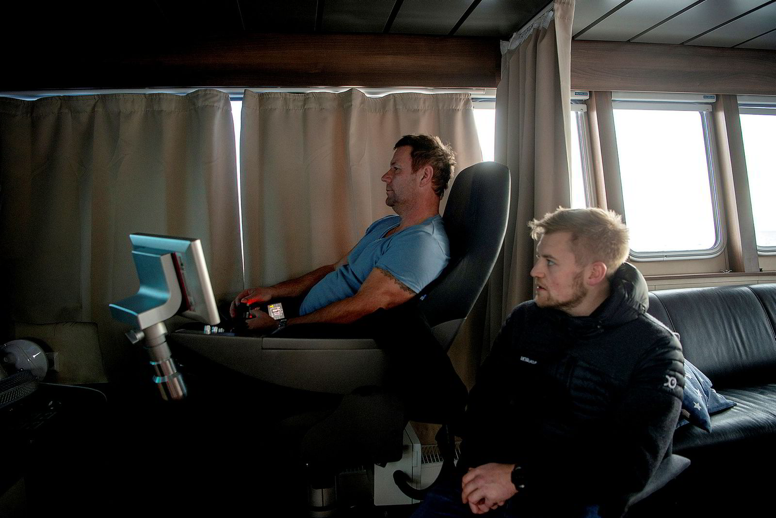 Driftsoperatør Stig Edvardsen styrer vaskeroboten. Til høyre Kristian Kristensen, daglig leder Folden i Akva.