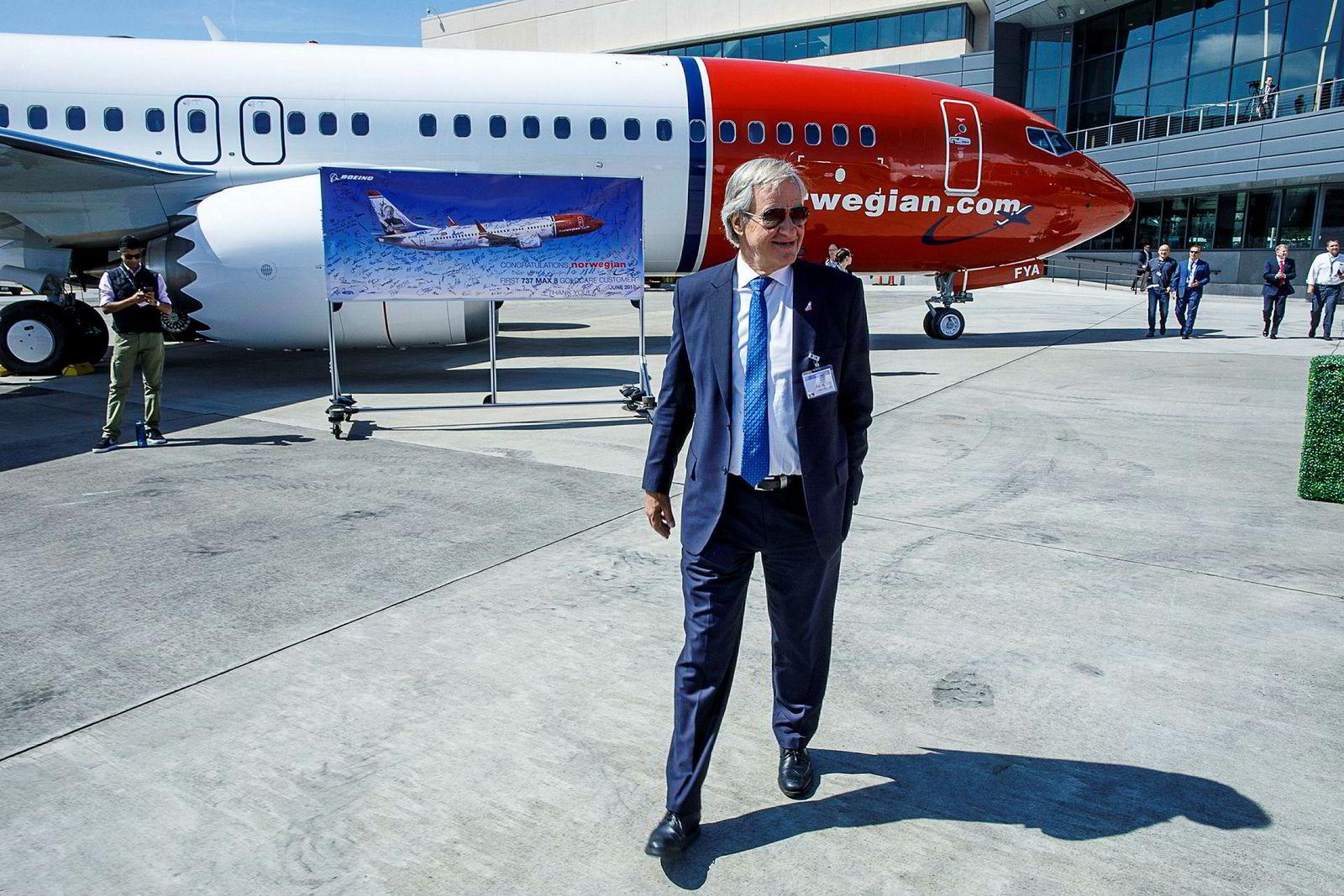 Norwegian har 18 Boeing 737 Max-fly i sin flåte og har så langt brukt fire milliarder kroner på innleie av reservefly etter at flyforbudet ble innført i mars. Her er Norwegian-sjef Bjørn Kjos på Boeing-fabrikken i Seattle for å motta sitt første Max-fly i 2017.