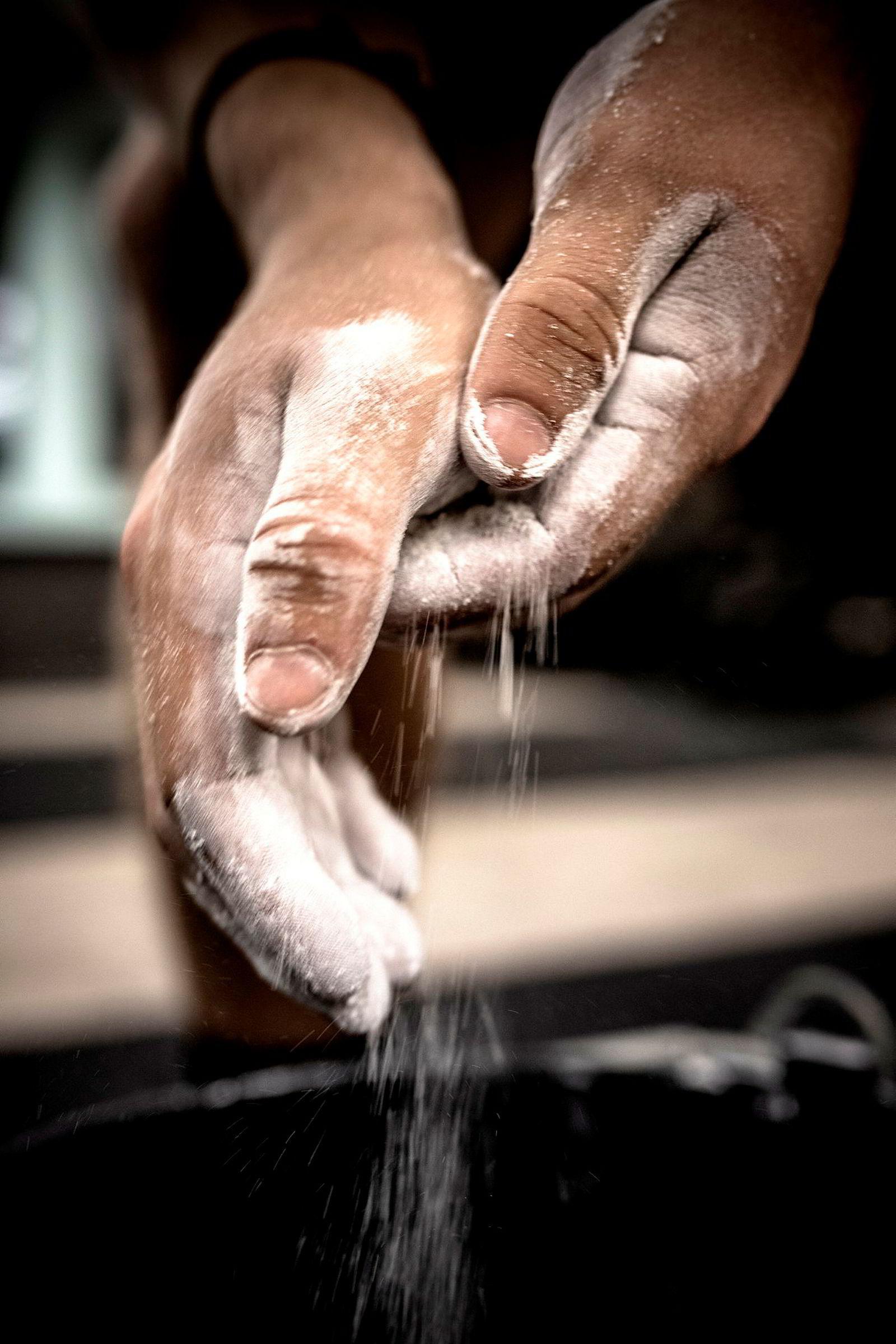 Kalk på hendene kan komme godt med under en styrkeøkt, men proteinpulver kan erstattes av vanlig melk, ifølge forskere ved Idrettshøyskolen.