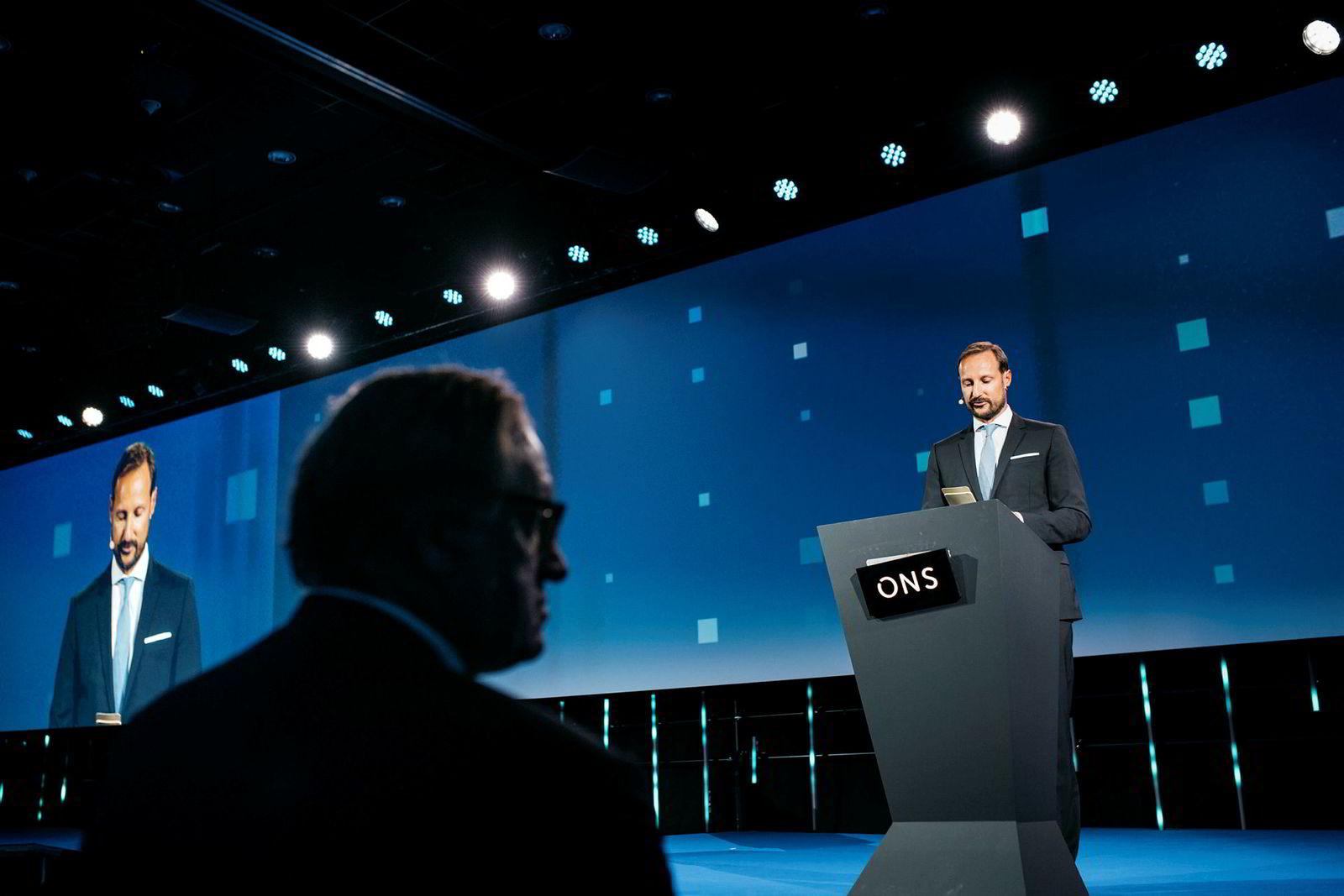 Kronprins Haakon holder tale under åpningen av oljemessen. ONS-sjef Leif Johan Sevland til venstre.