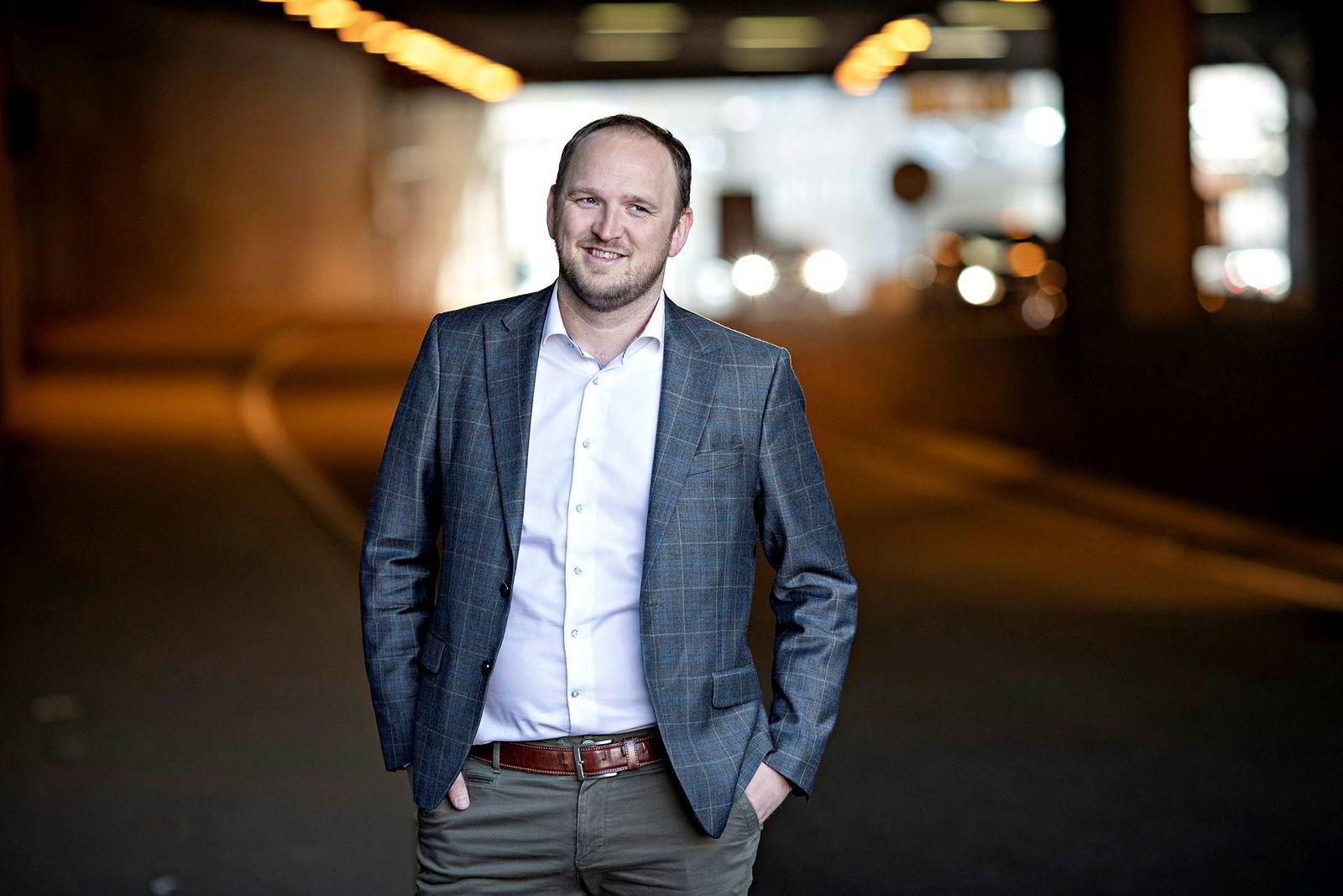 Sparesignaler. Samferdselsminister Jon Georg Dale (Frp) har bedt om å få utredet kostnadskutt. Veivesenet svarer med å advare mot for mye firefeltsvei.