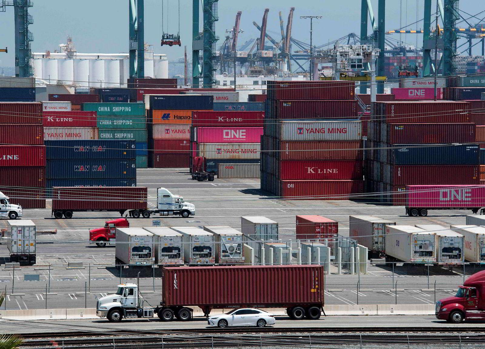 Det er amerikanske selskaper som må betale tollen Trump legger på kinesiske varer. Her ankommer kontainere Long Beach havn i California.