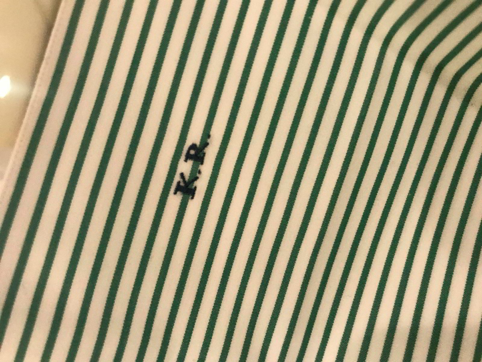 På en av skjortene som ble solgt under «Herrenes aften» på Fretex, er initialene «K.R» brodert på.