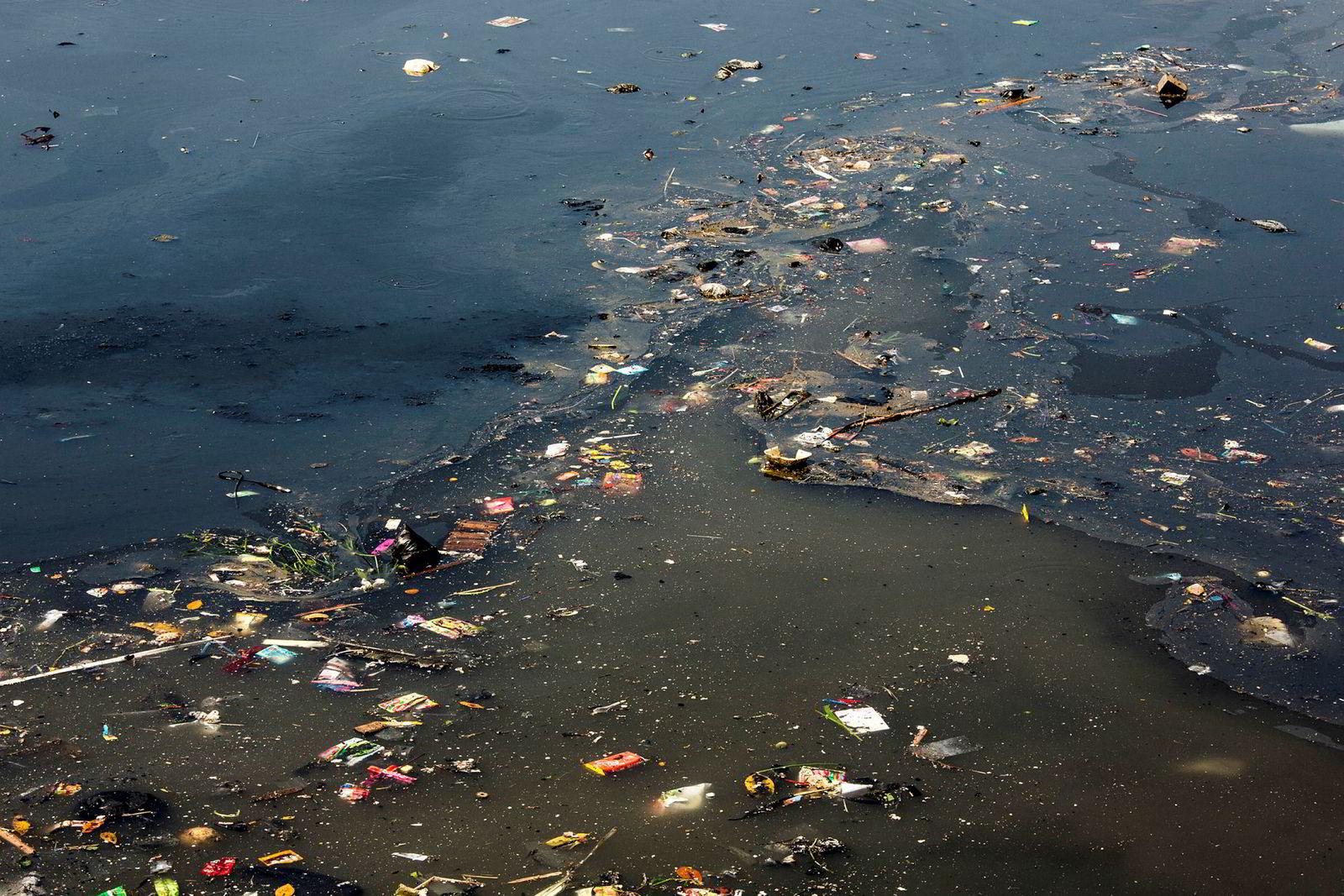 Møkkete vann fra en kanal møter Citarums elvevann utenfor Bandung. Elven er farget svart av industriell forurensning.