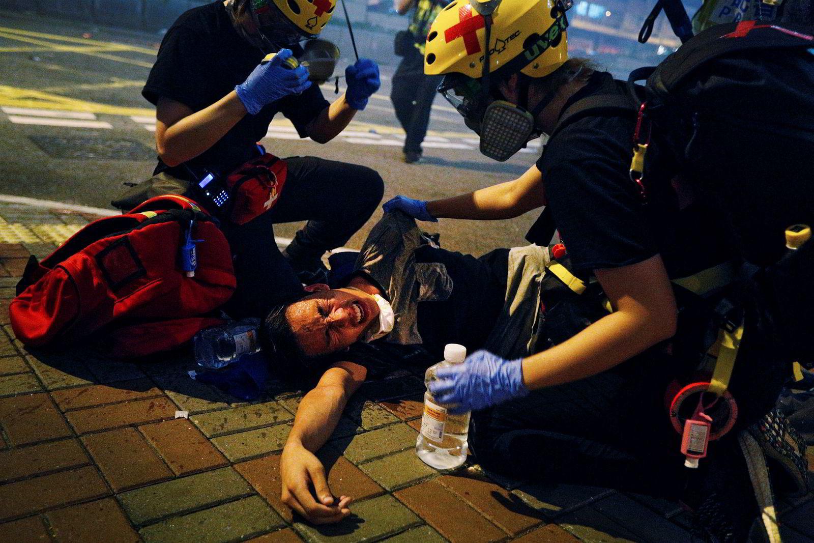 En demonstrant for hjelp mot smertene etter tåregass av helsepersonell.