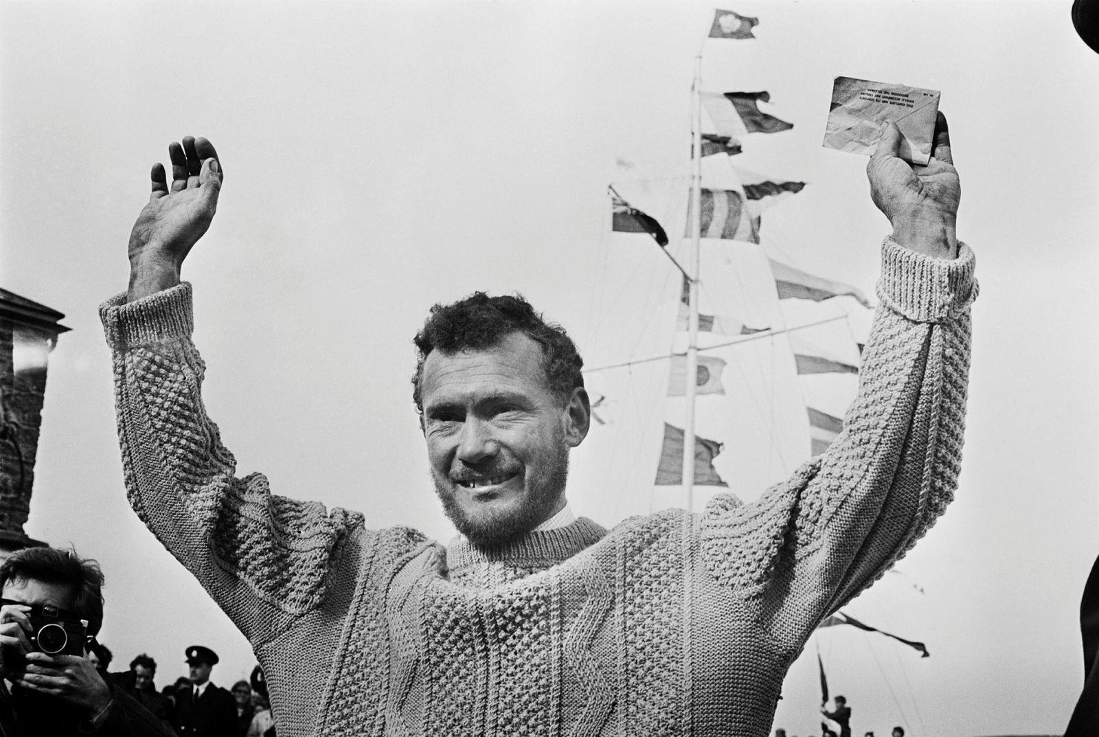 Briten Robin Knox-Johnston i Falmouth 23. april 1969, etter å ha seilt jorden rundt i båten «Suhaili».