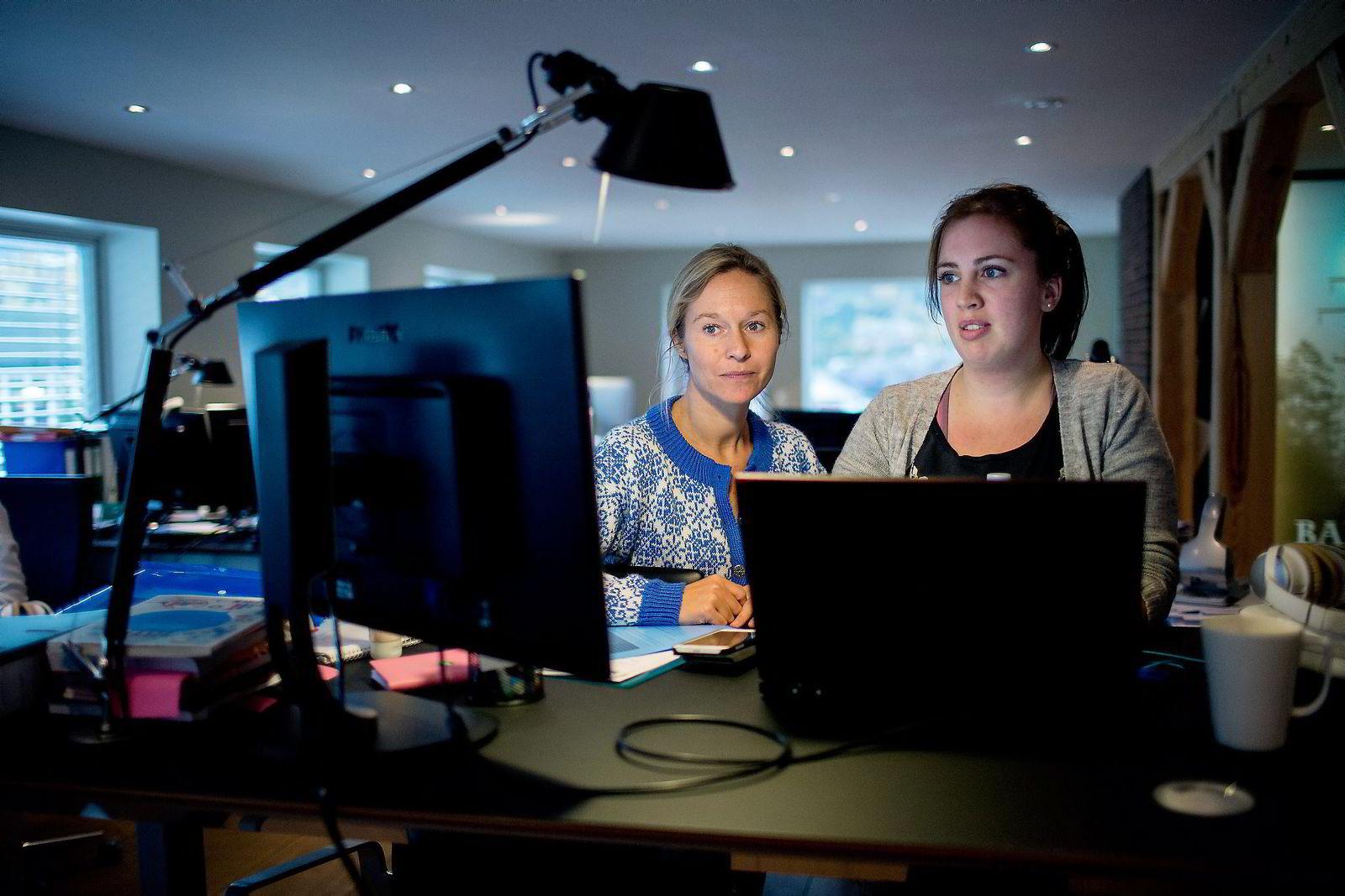 På loftet hos Melin Medical i Sandane er det blitt trangt om plassen. Ingrid Dregelid diskuterer med daglig leder Ingvill Hestenes.