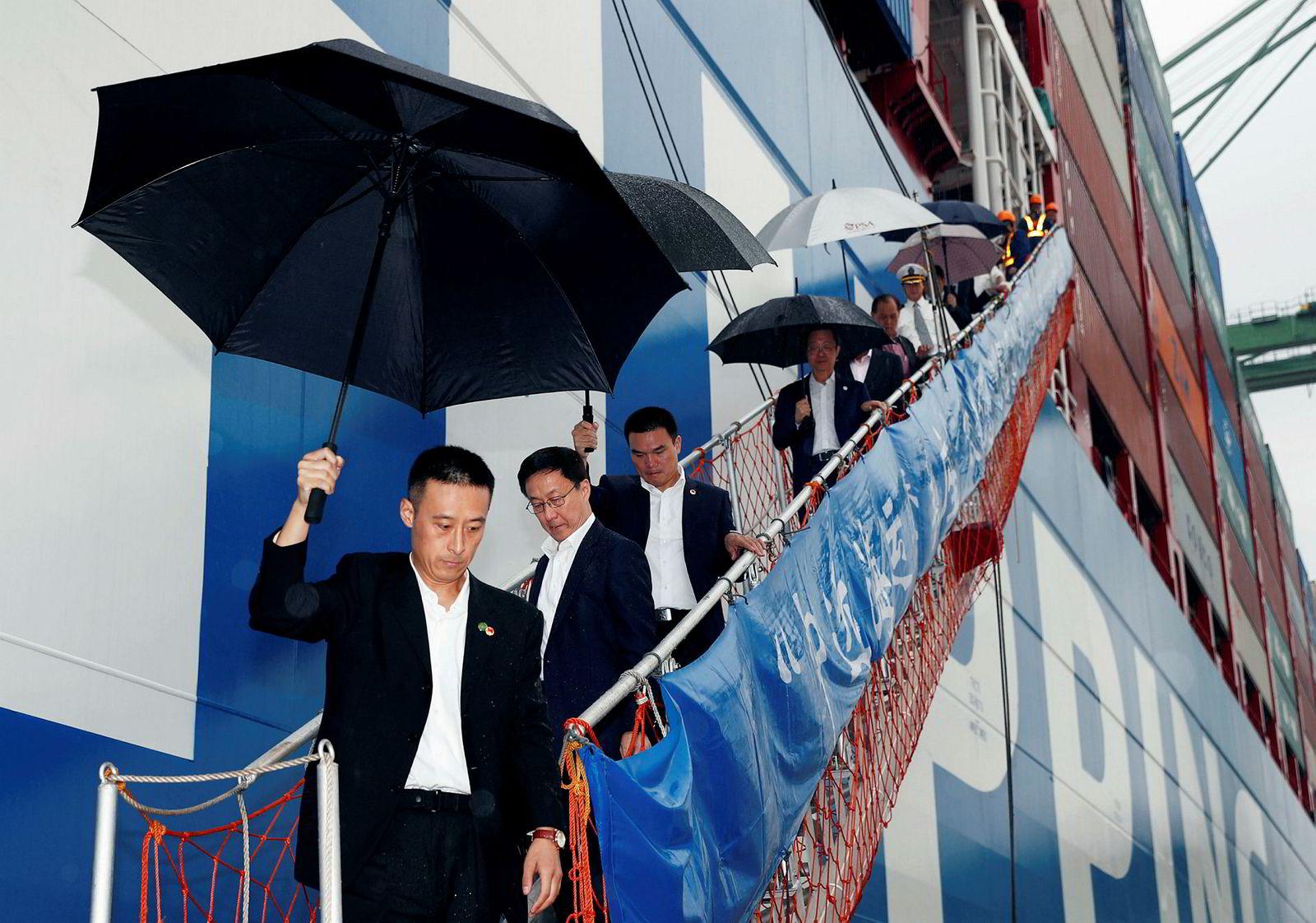 I sommer ble den kinesiske shippingkjempen Cosco utsatt for et krypteringsvirusangrep i USA som spredte seg til selskapets virksomheter i minst syv land. Bildet viser Kinas visestatsminister Han Zheng (nummer to fra venstre) på vei ut av et Cosco-skip i Singapore 19. september.