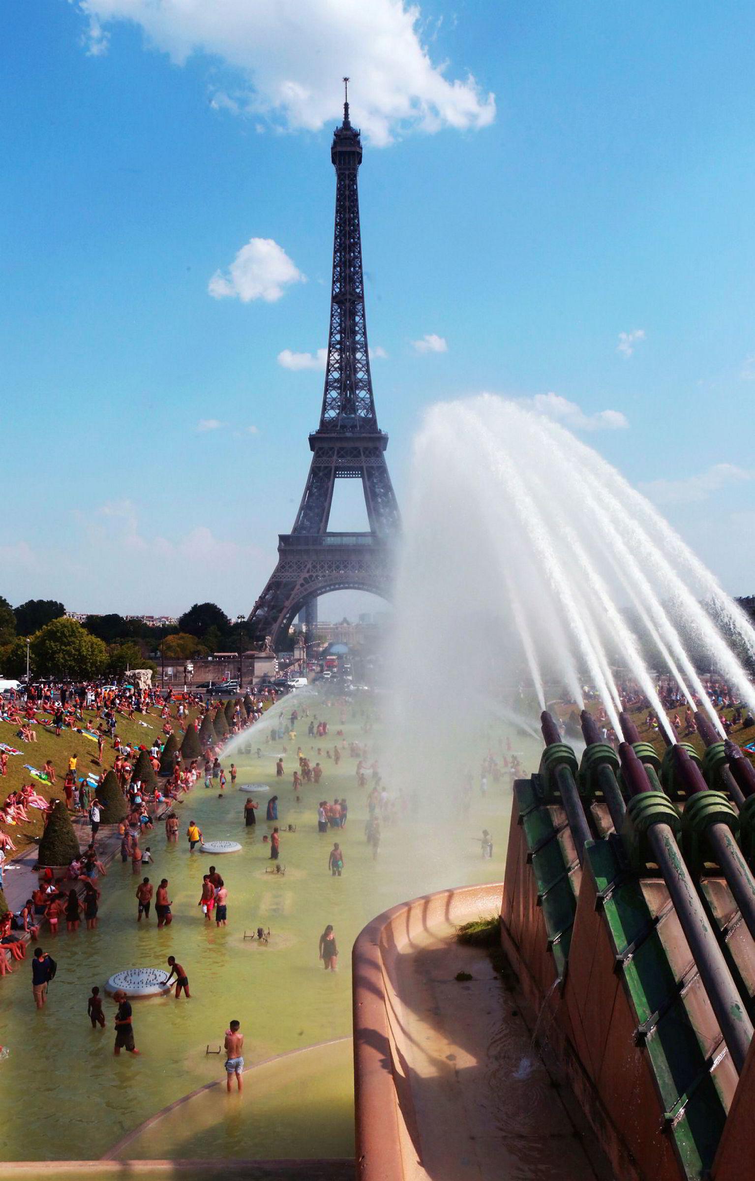 Folk trakk mot bassenger og fontener da hetebølgen rammet Paris i sommer. 25. juli, da dette bildet ble tatt, målte man en temperatur på 42 grader.