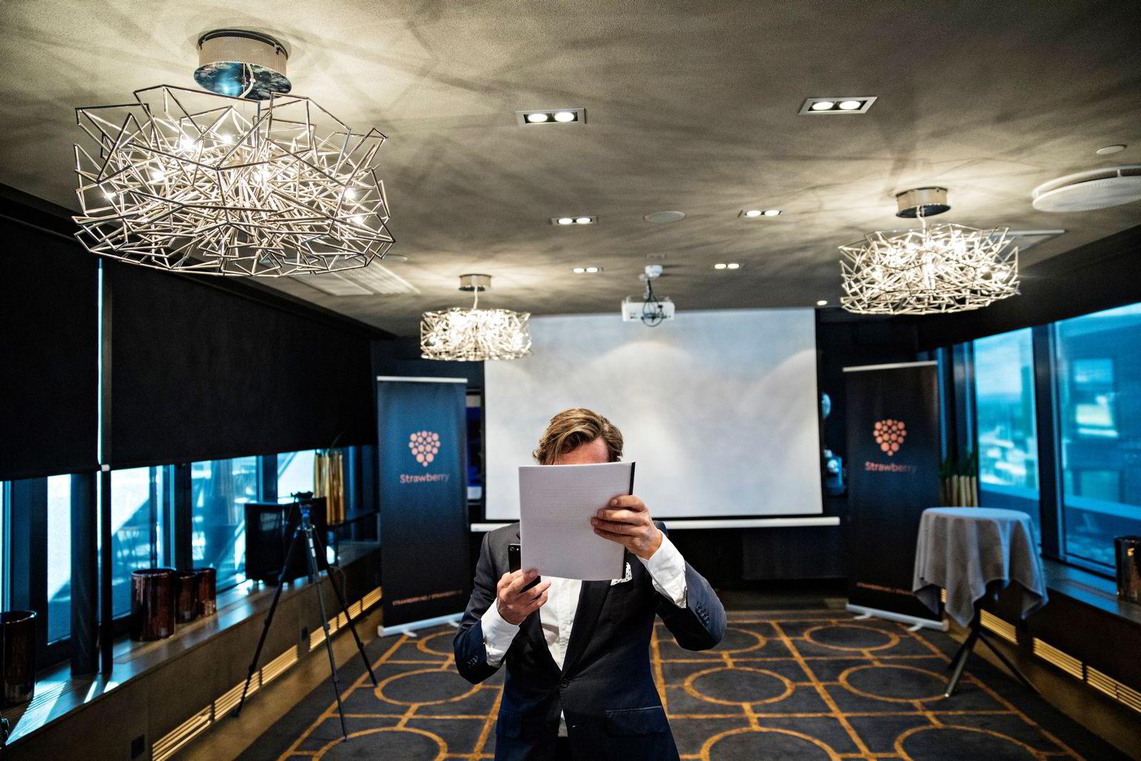 Petter Stordalen forbereder seg til utdelingen. Foto: Aleksander Nordahl