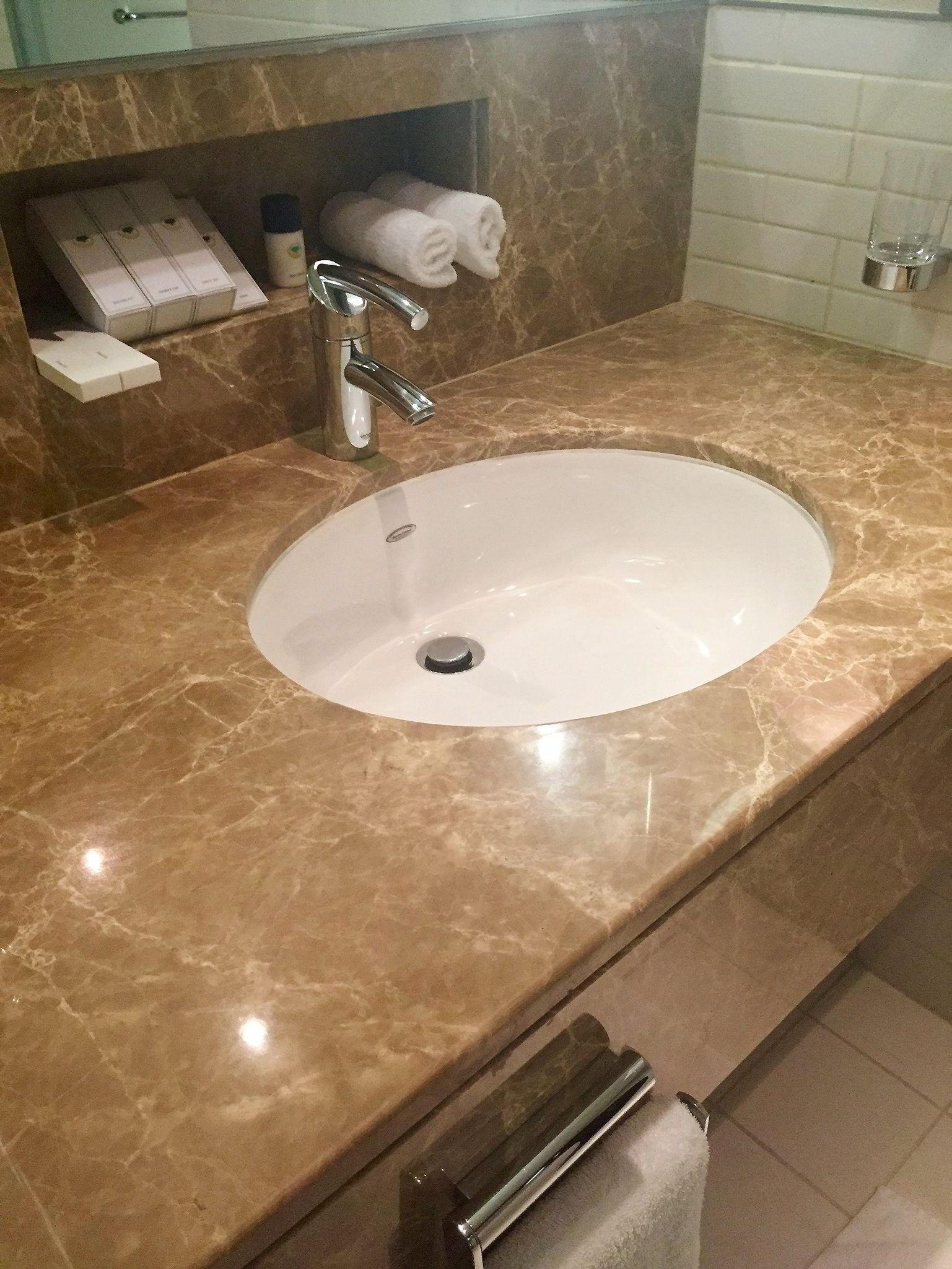 Vi fant knapt et støvkorn på hotellrommet. Alle blanke flater var skinnende rene og badet var godt rengjort.