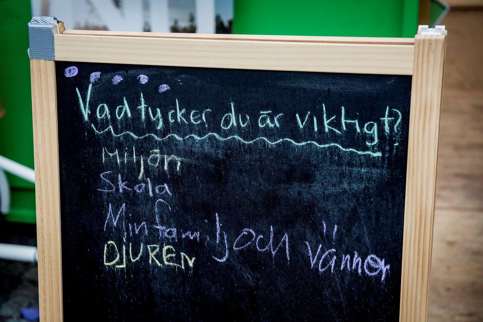 På Medborgarplatsen i Södermalm i Stockholm spør en tavle hvilket tema svenskene synes er viktigst. Spørreundersøkelser viser at svenske velgere synes økonomi er mindre viktig i valgkampen.