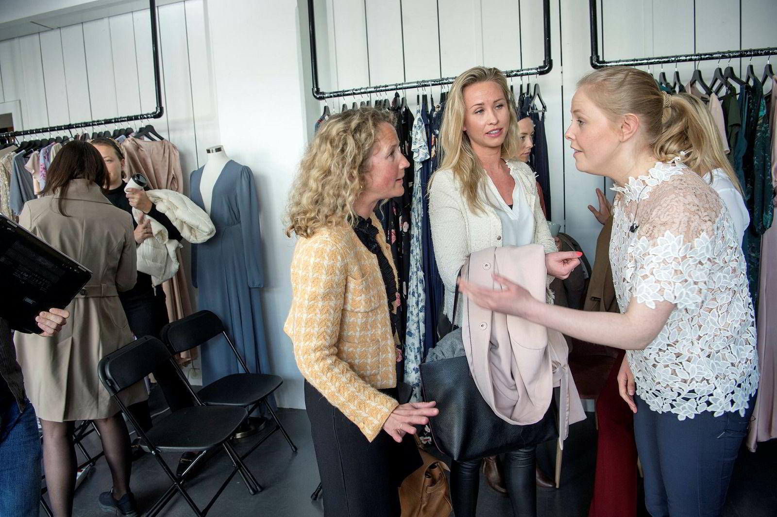 Christine Charlotte Akselsen (t.v.), daglig leder i Kezzler og mulig investor Birgitte Strandskogen Qvale snakker med gründer og daglig leder i Fjong, Sigrun Syverud (t.h.).