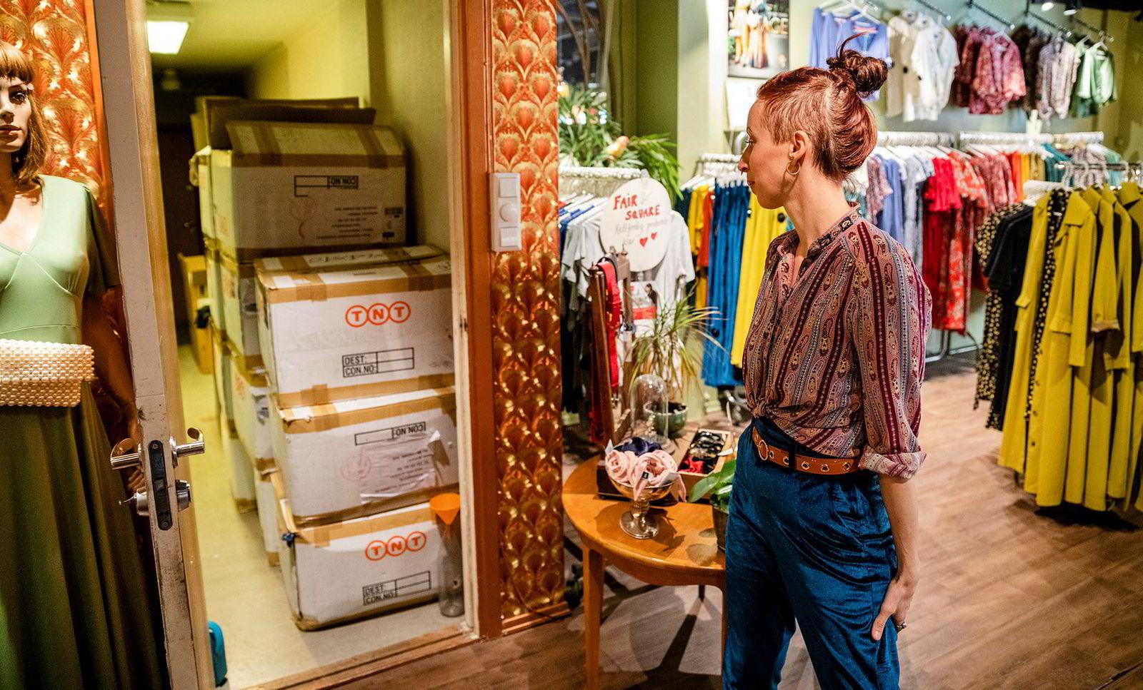 Butikksjef Synne Hewitt ser på boksene med varer de helst skulle ha solgt.