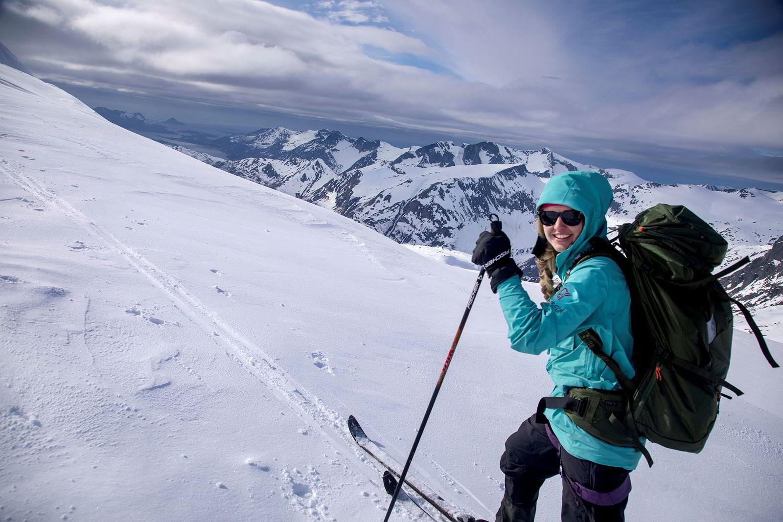 På Svartisen trasker Maria Stray Homme trasker seg opp til 1300-meters høyde for å kikke ned på Helgelandskysten.