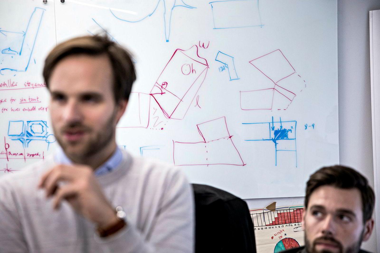 Håvard Haukeland (til venstre) har inntil nylig vært den eneste med arkitektbakgrunn i Spacemaker. Nede til høyre skimtes Håkon Kongelf, som gjennomfører sin doktorgrad på NTNU ved å jobbe hos Spacemaker.