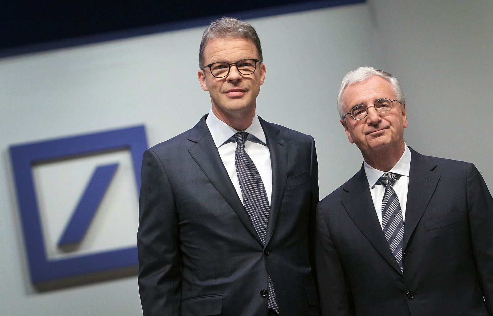 – At noen på en slik dag kan inviterer en skredder er respektløst, sa konsernsjef Christian Sewing i Deutsche Bank (til venstre). Her sammen med styreleder Paul Achleitner