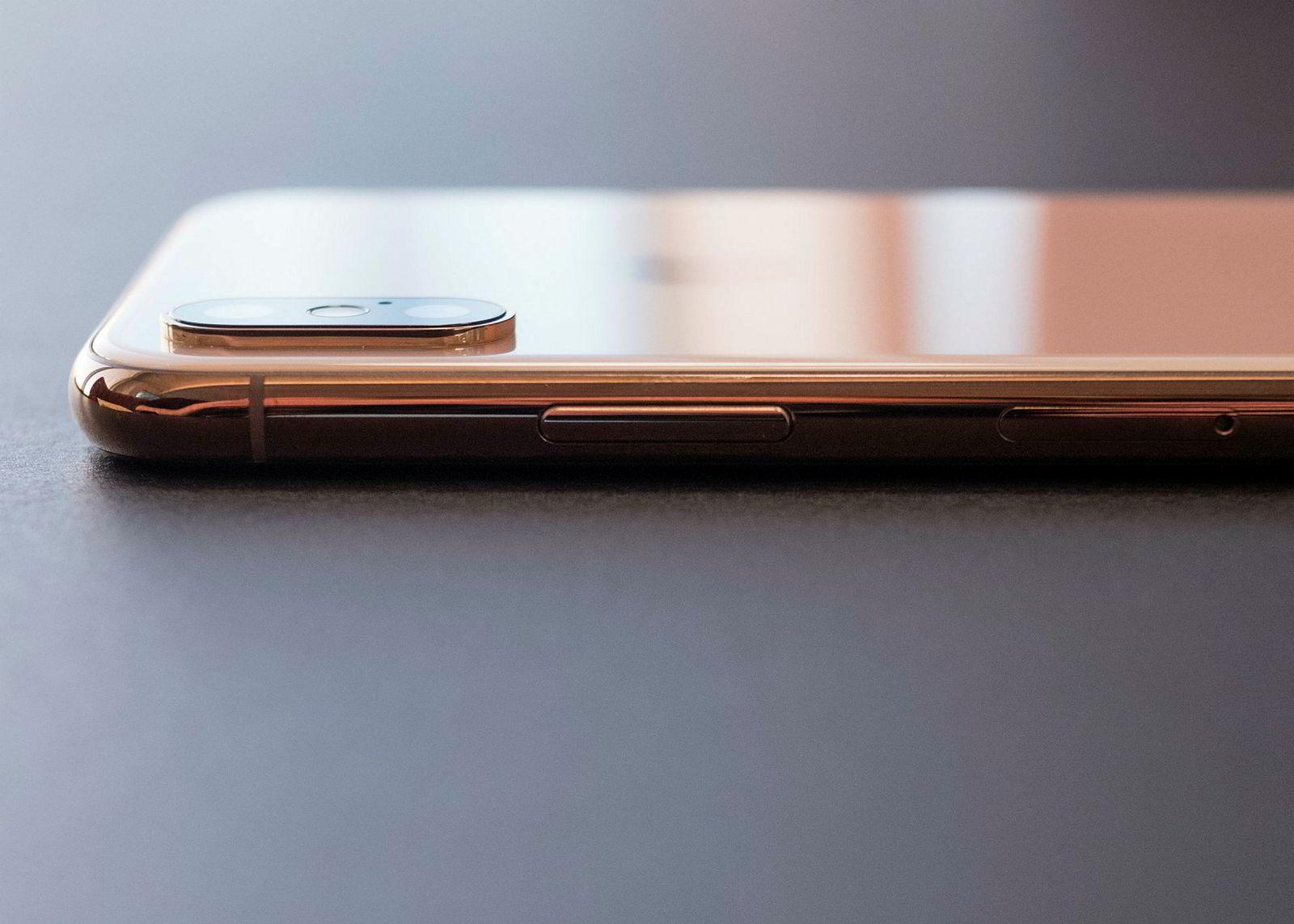 Kameraet stikker fortsatt en del ut, men vi liker den varme gløden fra stålrammen på gull-utgaven av Iphone XS.