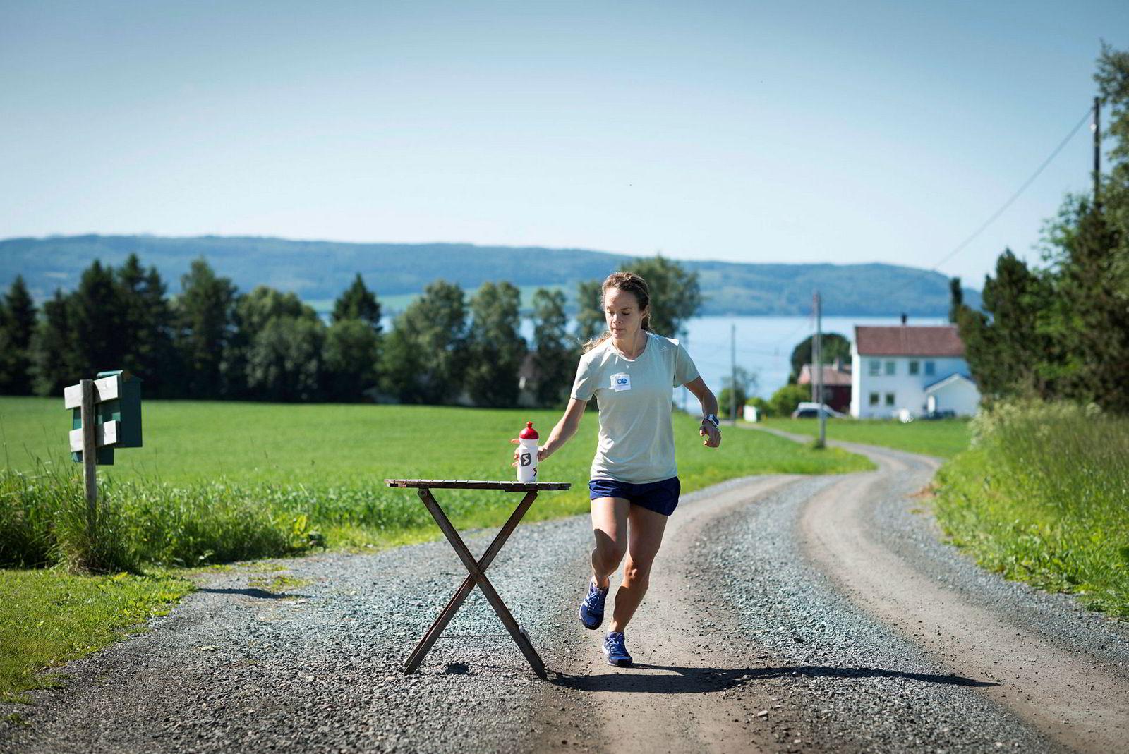 Trener på å drikke. Detaljene må være på plass før et maratonløp. Runa Skrove Falch har satt ut bordet og trener på å drikke underveis. Hver femte kilometer er hun innom bordet, akkurat så ofte som hun drikker under en maraton.