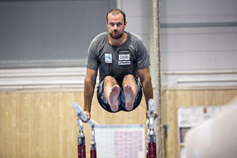En skadet Aksel Lund Svindal trener alternativt når han ikke kan gjøre øvelsene til de andre.