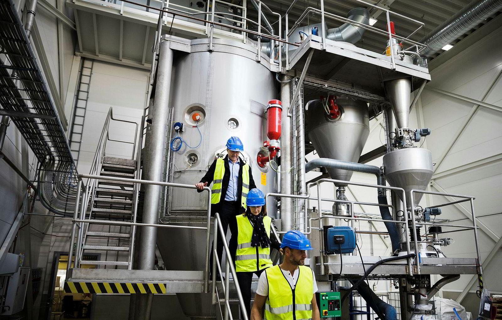 – Vi produserer 300 tonn i året, sier teknisk sjef i Microbeads Rolf Nordal som står øverst i trappen. I midten går daglig leder, Anne Kari Nyhus, mens fabrikksjef Ståle Sagvik nederst i trappen viser frem selskapets tørkeanlegg.