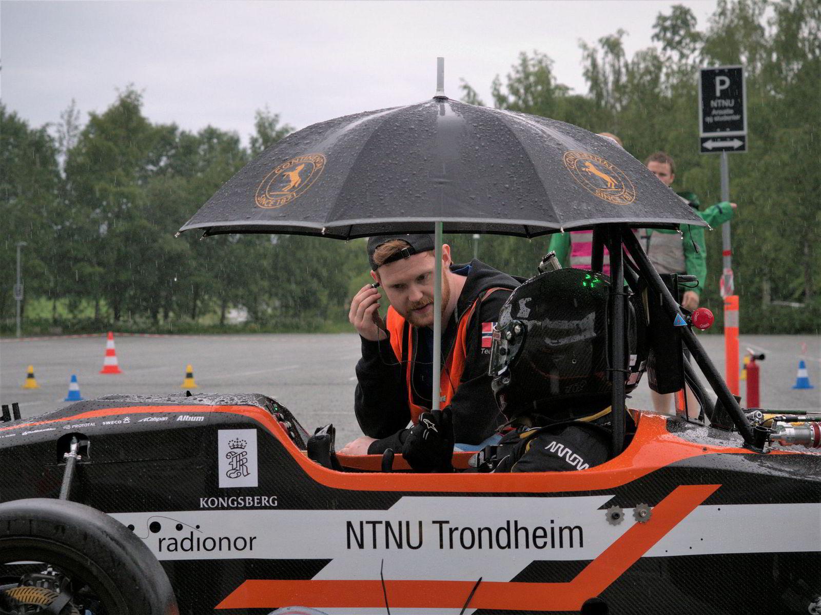 Sjåfør Asier Baescoechea er klar for å teste årets racerbil. Her sammen med Amund Fjøsne.