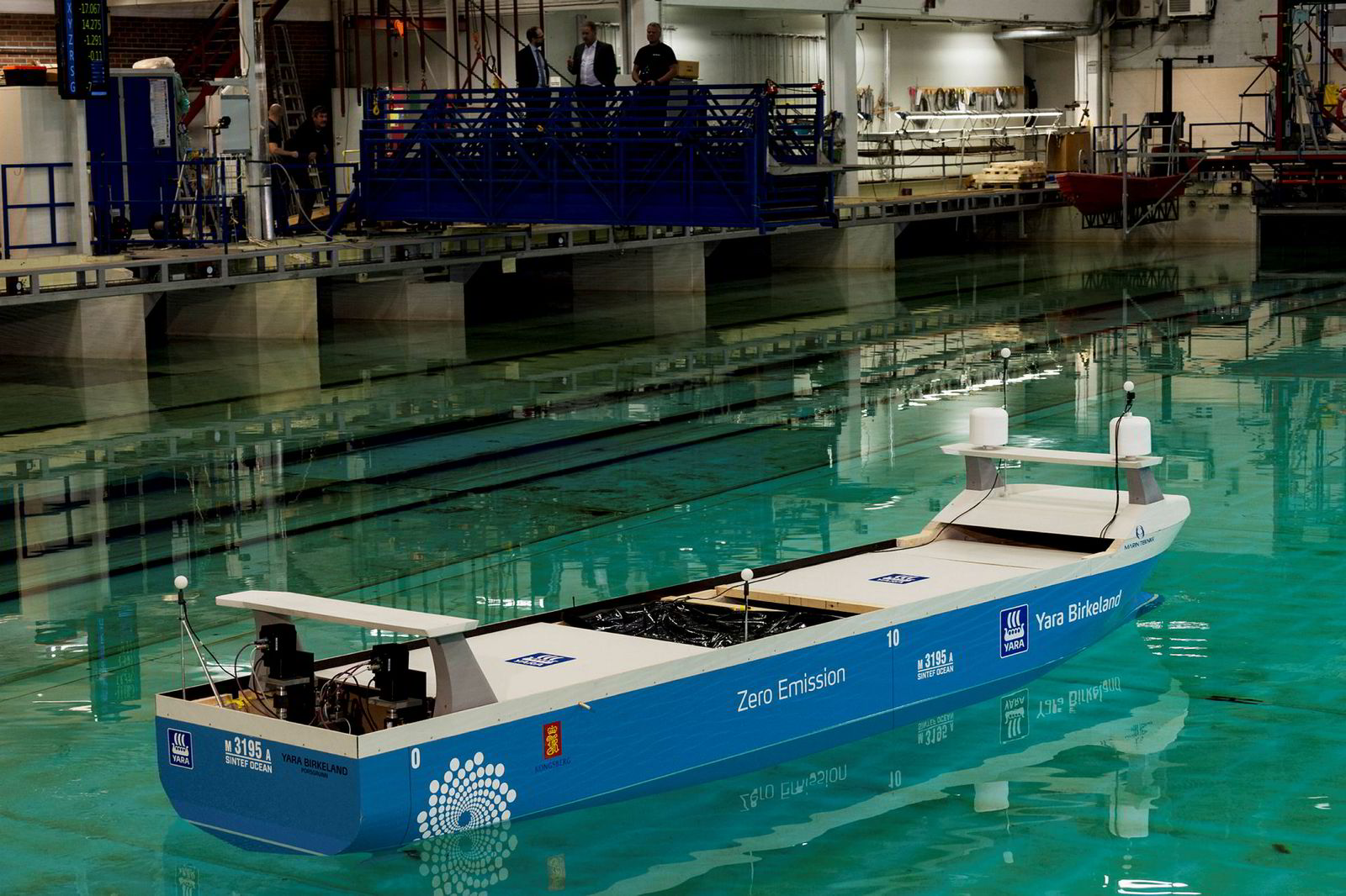 Yara og Kongsberggruppen bygger nå «Yara Birkeland», som skal bli verdens første selvgående elektriske fraktskip med nullutslipp. Her testes skipet ut hos Sintef Ocean i Trondheim. Modellen er seks meter lang og veier 2,4 tonn.