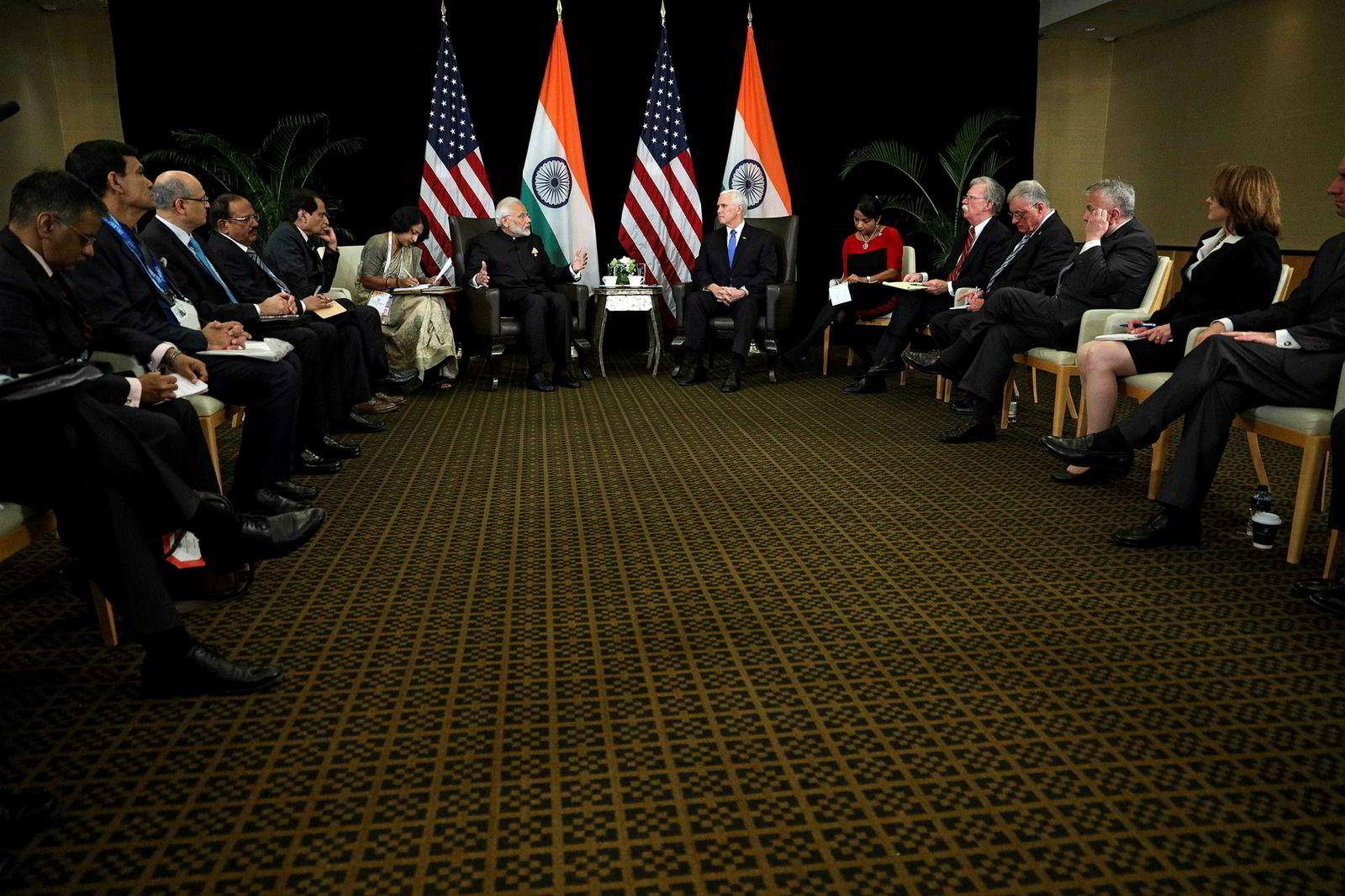 Indias statsminister Narendra Modi (til venstre) og visepresident Mike Pence møttes onsdag under Asean-konferansen i Singapore.