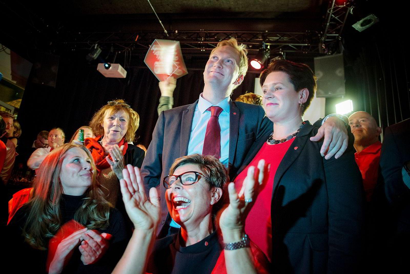 APs ledertrekløver i Bergen Harald Schjelderup, Marte Mjøs Persen og Anne Gine Hestetun (sittende, med briller) feirer prognosen.