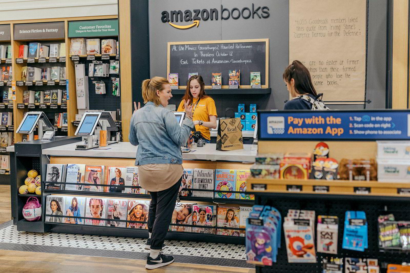 Hos Amazon Books kan kundene enten betale på forhånd, skanne boken og ta med ut av butikken – eller betale i kassen på vanlig måte. De neste årene kommer AmazonGo-kiosker over hele USA uten kasseapparater.