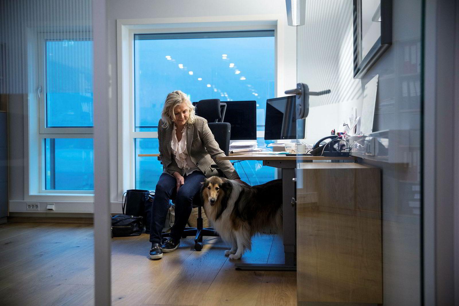 Randi Herre Eide har vært sentral i bedriften helt siden tidlig på 80-tallet, etter at hun giftet seg med Knut Frode Eide. Hun er både kontorsjef og styreleder, her med hunden Lassie i bedriftens hovedkvarter.