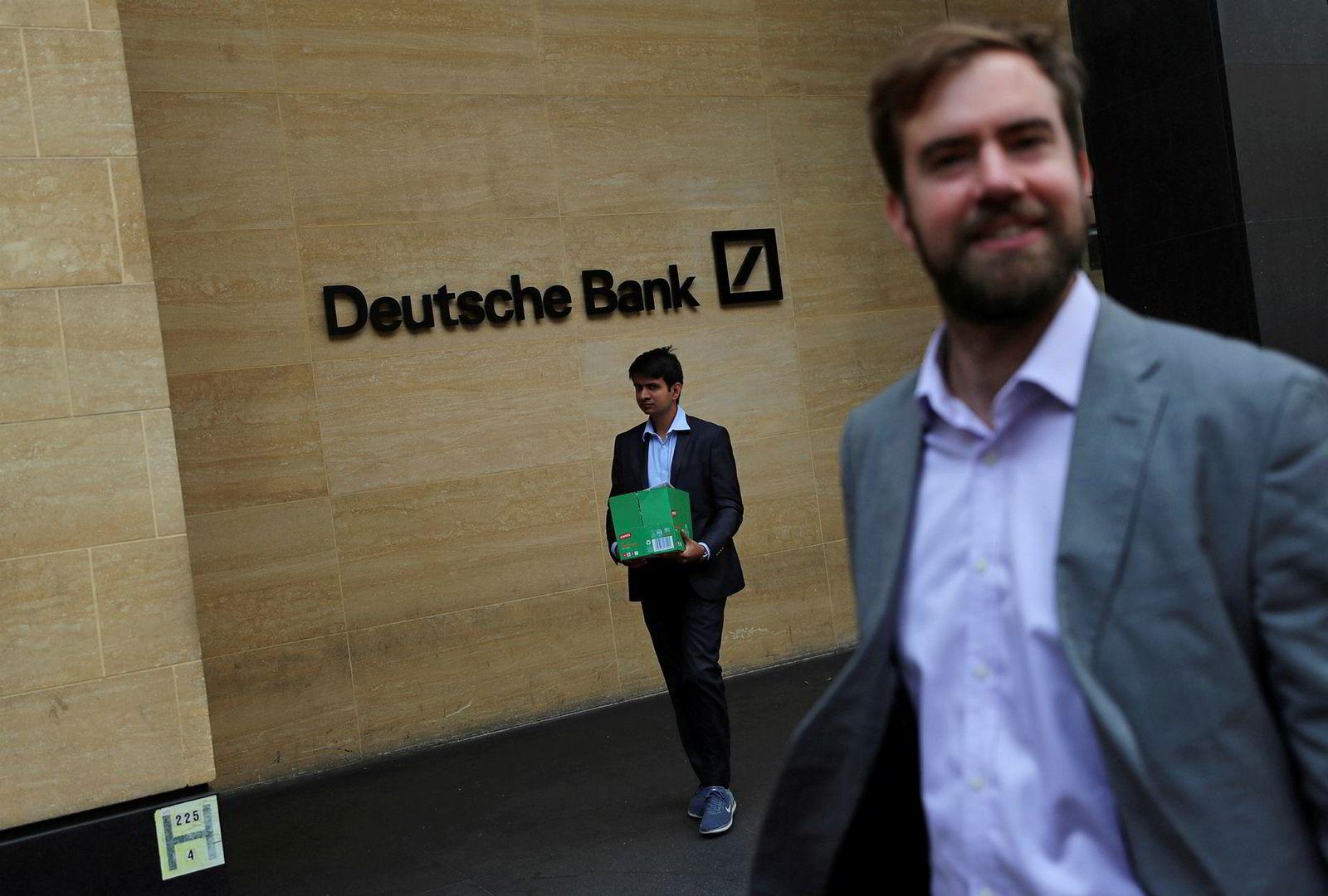 En Deutsche Bank-ansatt og hans eiendeler forlater bankens lokaler i London mandag. Med over 8000 ansatte er banken en av de største arbeidsgiverne i den britiske finansmetropolen.