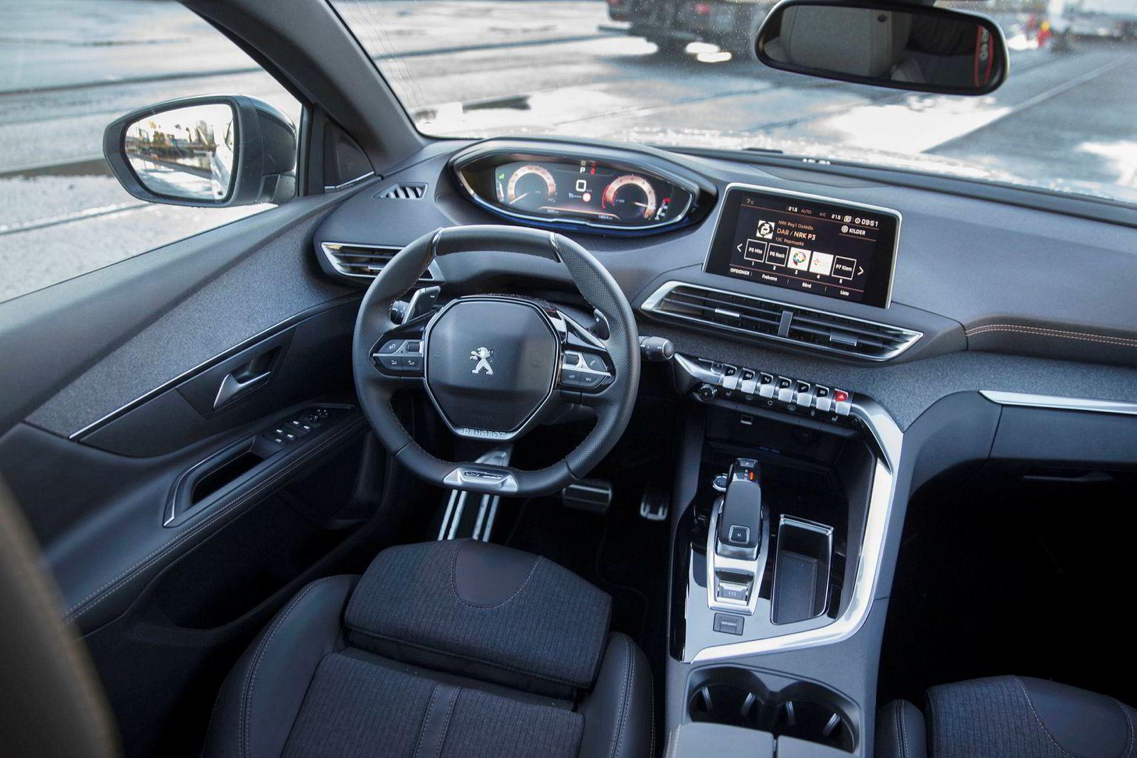 Peugeots kjennemerke i det siste er blitt det bitte lille rattet. Ellers er det et moderne interiør med bra materialkvalitet.