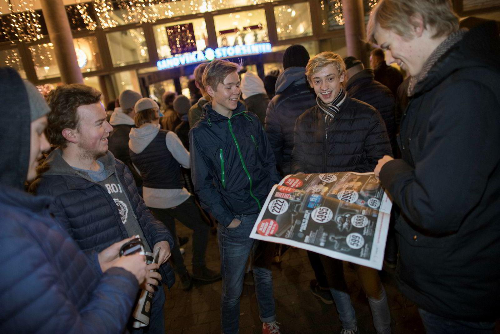 Denne guttegjengen fra Nadderud vidergegående skole har lagt en plan. Øverst på listen står en elektronikkbutikk. Fra venstre Eirik M. Hauge (16), Sigurd Christensen (16), Simen Nesland (16), Espen Bjørge Urheim (16) og Erlend Skredsvig (16) står og venter utenfor den ene inngangen til Sandvika Storsenter i anledning Black Friday.