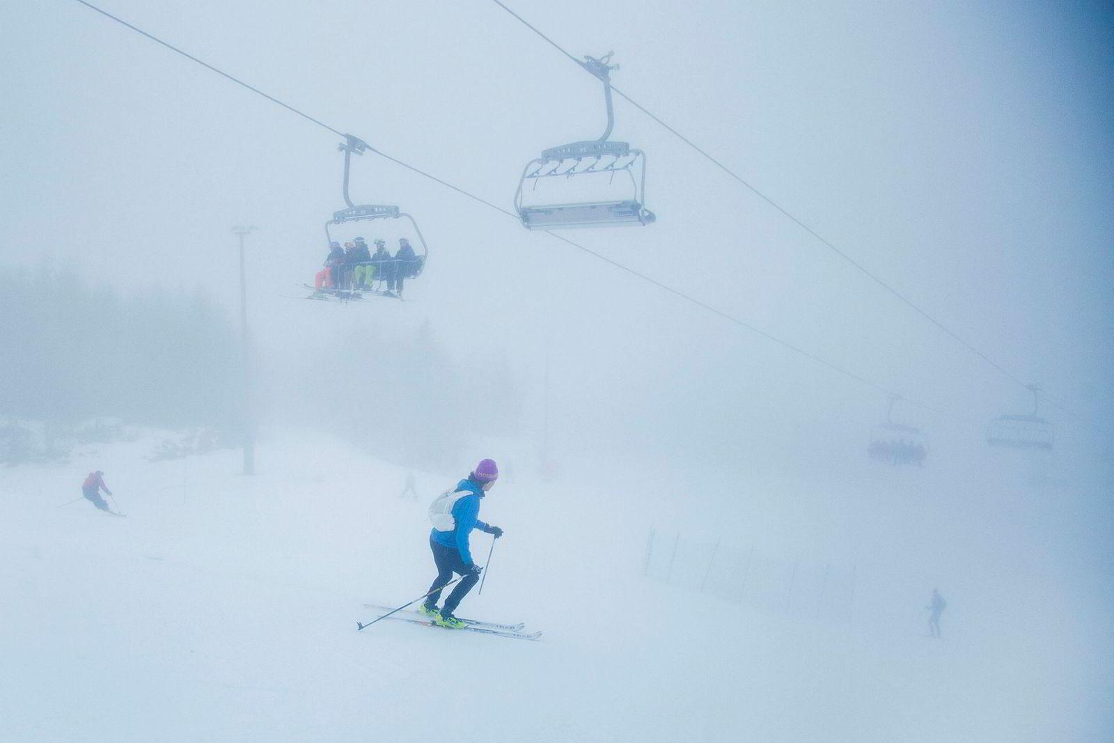 Kristin Landmark svinger seg ned bakkene i Oslo Vinterpark etter å ha selv gått opp Wyllerløypa.