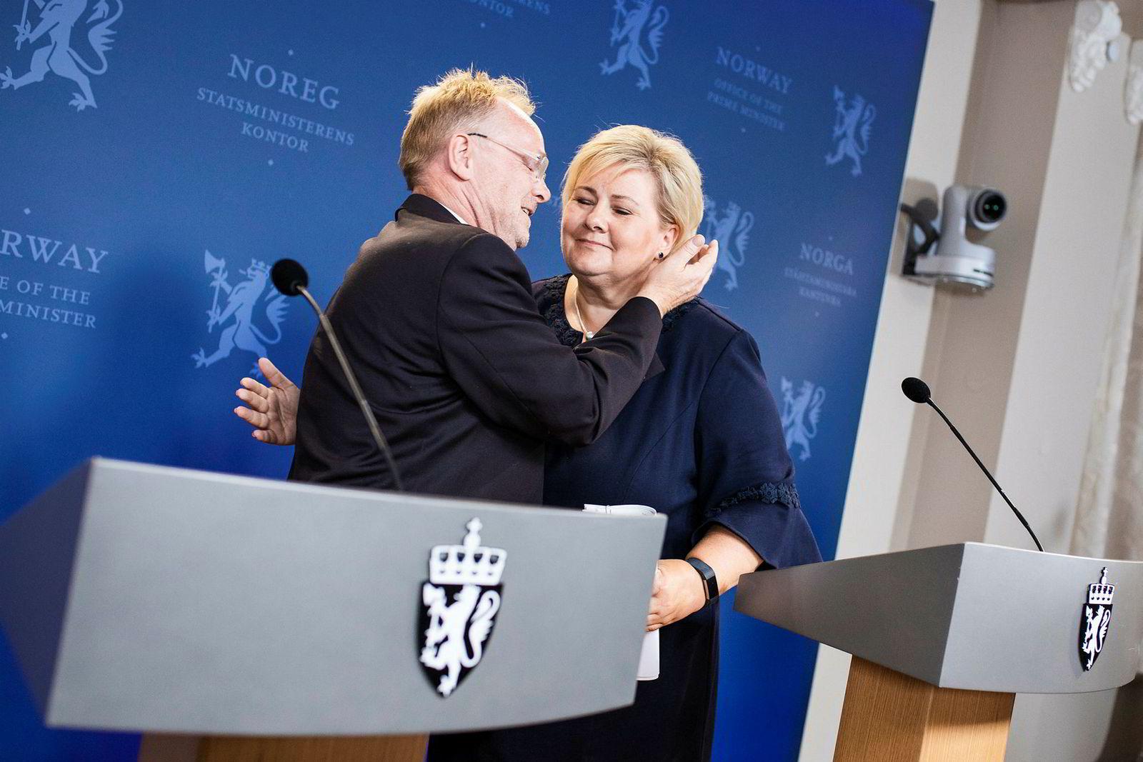 Per Sandberg avsluttet med å gi statsminister Erna Solberg en klem etter deres felles pressekonferanse om fiskeriministerens avgang mandag.