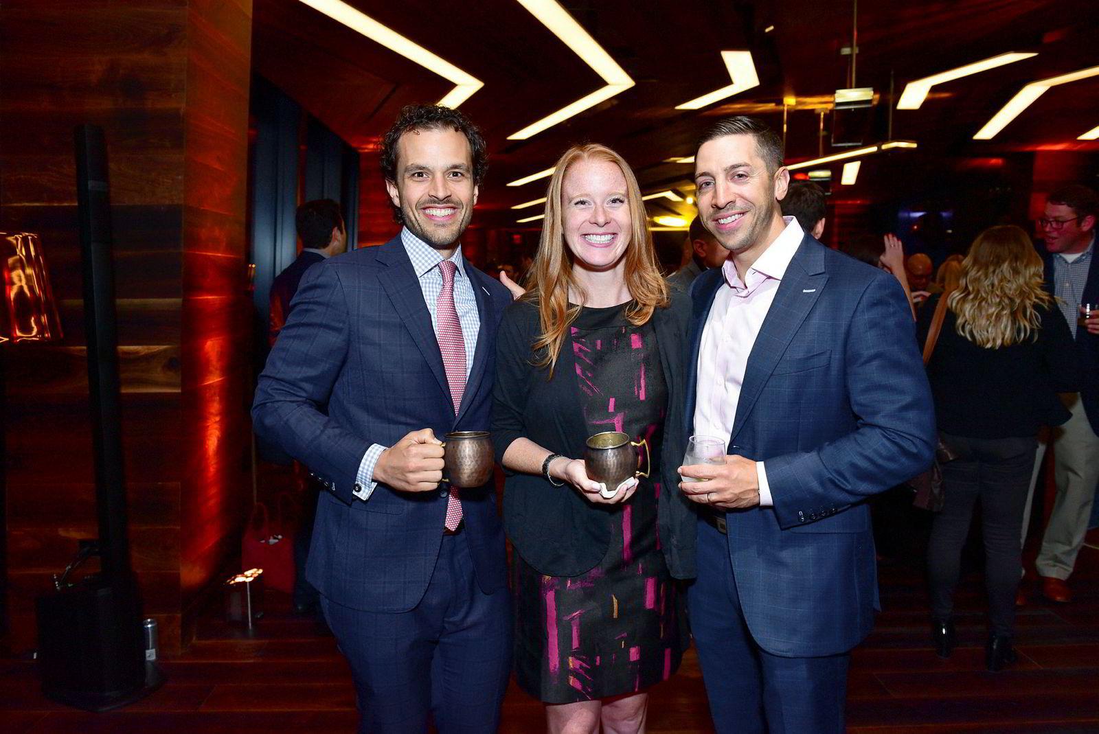 Simon Koster (t.v) sammen med Charlotte Koster og Tom Alaimo på en fest i JDS Developements skyskraper American Copper Building. Ifølge selskapet selv skal bygget være verdens største kopperkledde bygning.
