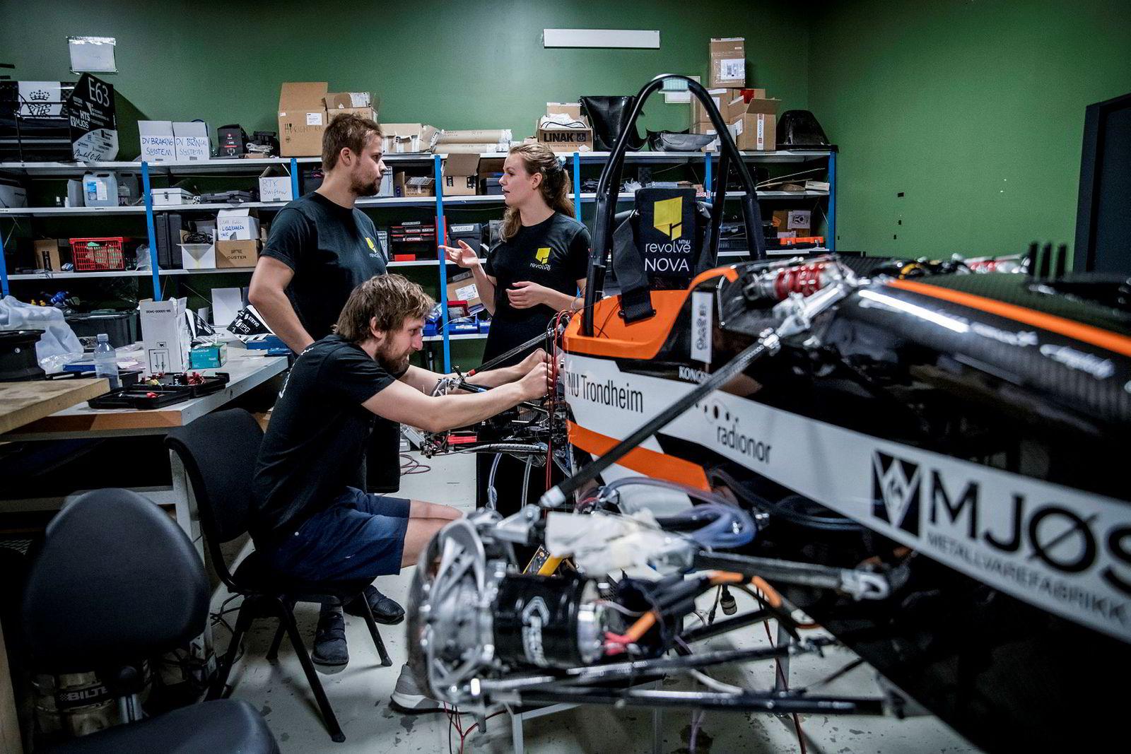 Om noen uker skal bilene ut i Europa og konkurrere – da er det aktivitet på verkstedet til alle døgnets tider for å få bilene klare. Karoline Halvorsen diskuterer en mulig testkjøring i dag med Christian Trandem (foran) og Eirik Bodsberg.