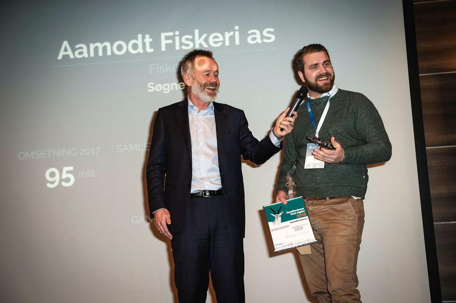 Gründeren Carl Aamodt (til høyre) i Aamodt Fiskeri i Søgne seilte til topps på gasellelisten for Vest-Agder. Til venstre DNs sjefredaktør Amund Djuve