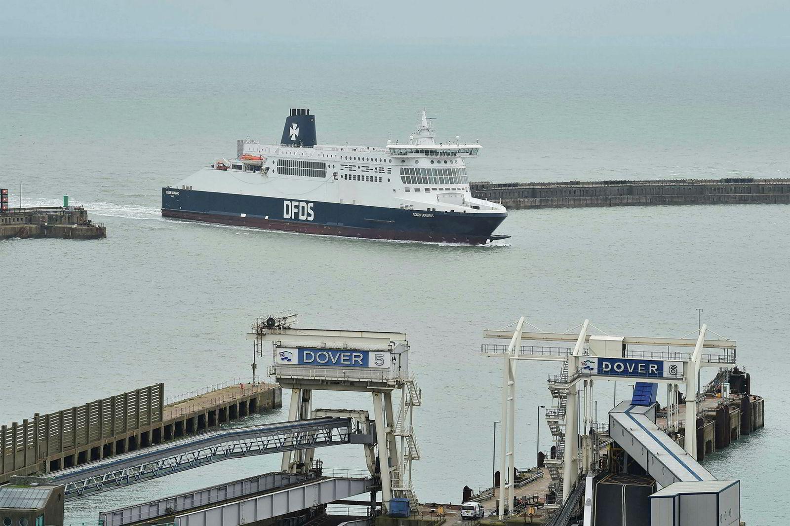 En DFDS-ferge ankommer havnen i Dover sør i England.