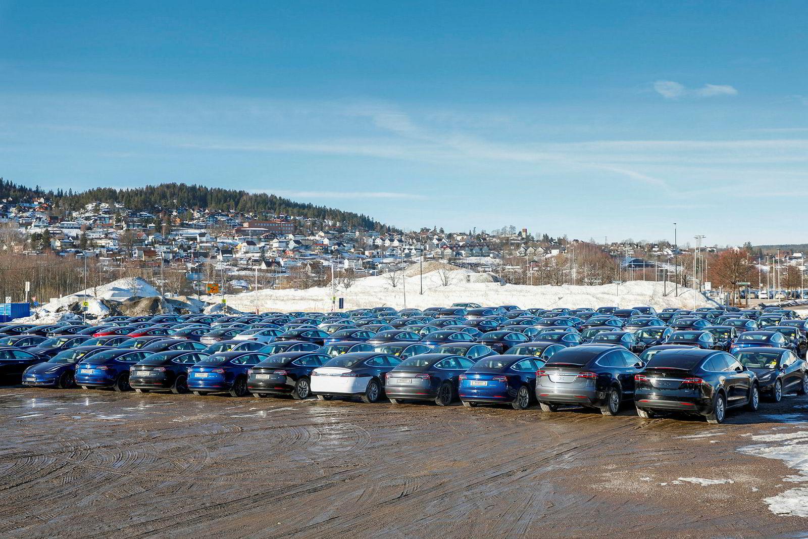 Ved Norges Varemesse på Lillestrøm står Tesla Model 3 på rekke og rad, ispedd en og annen Model X. Leveringene herfra starter neste uke.