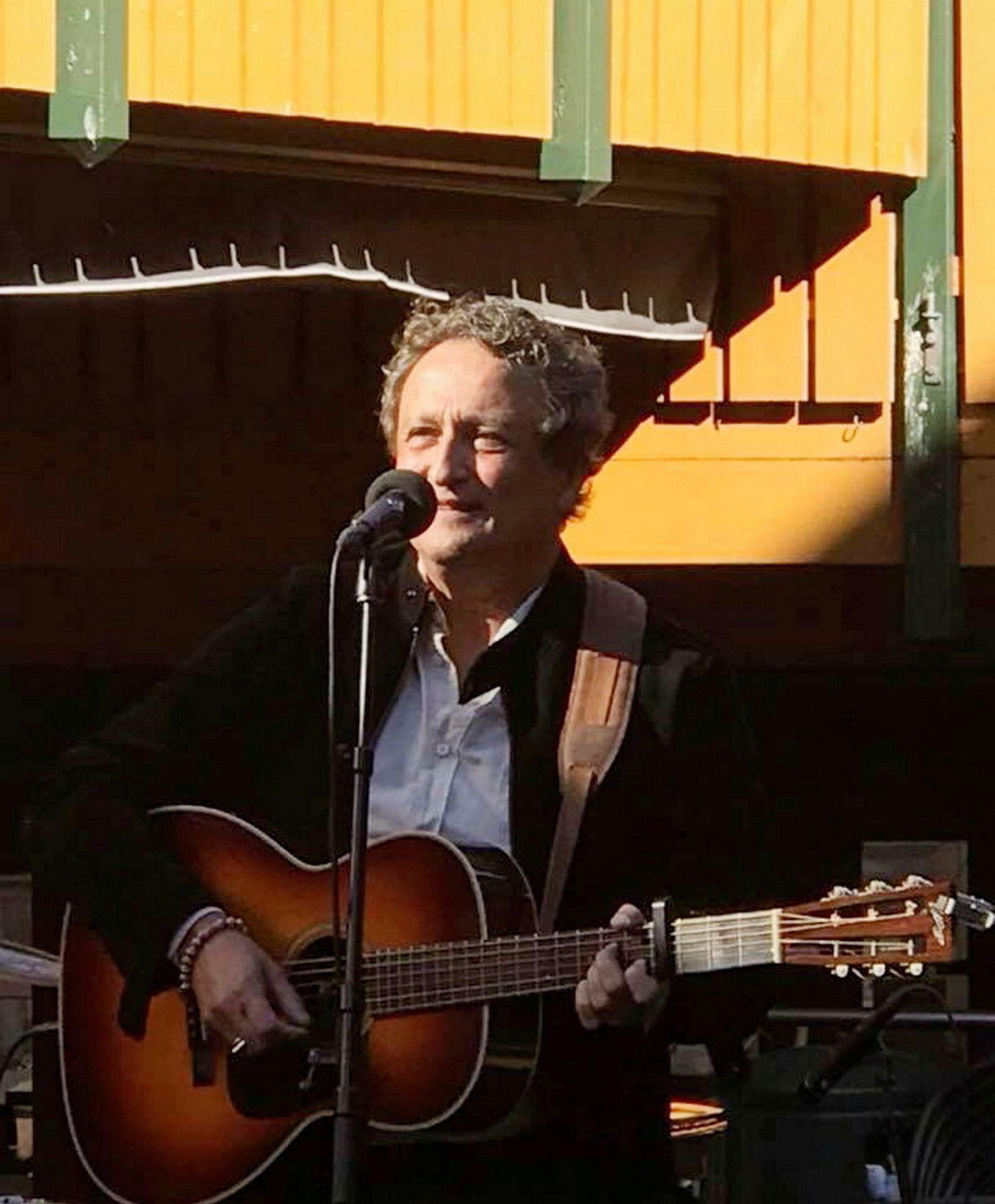 – Jeg har alltid sunget og spilt gitar – helt fra jeg var liten gutt, sier Roar Dons.