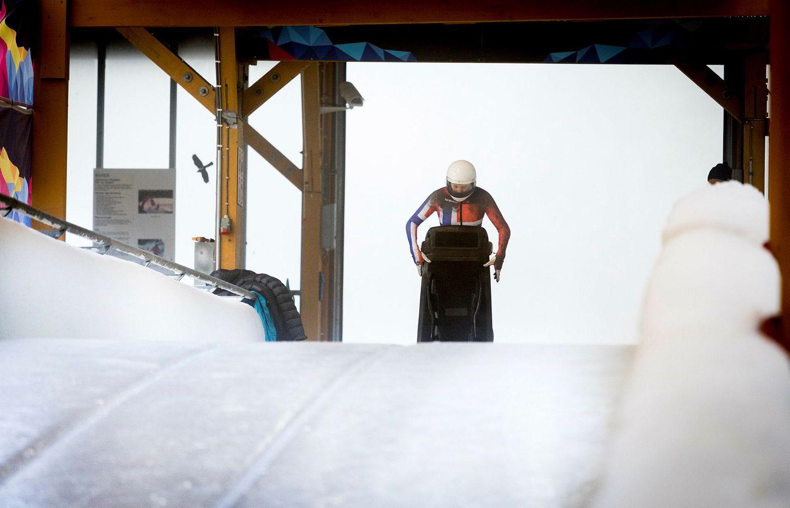 Etter en lang oppvarming og flere gjennomkjøringer av isbanen i hodet står Maya Pedersen klar til start av treningsrunden.