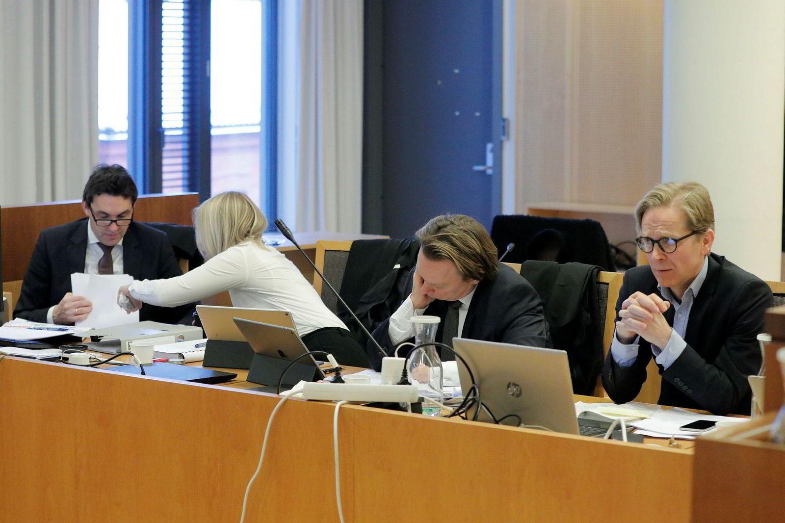 Advokatene Eirik Edvardsen (f.v), Stina Eriksson, Arne Torsten Andersen og konsernsjef Pål Christian StangeI Aleris under rettssaken mellom LO-forbund og Aleris.