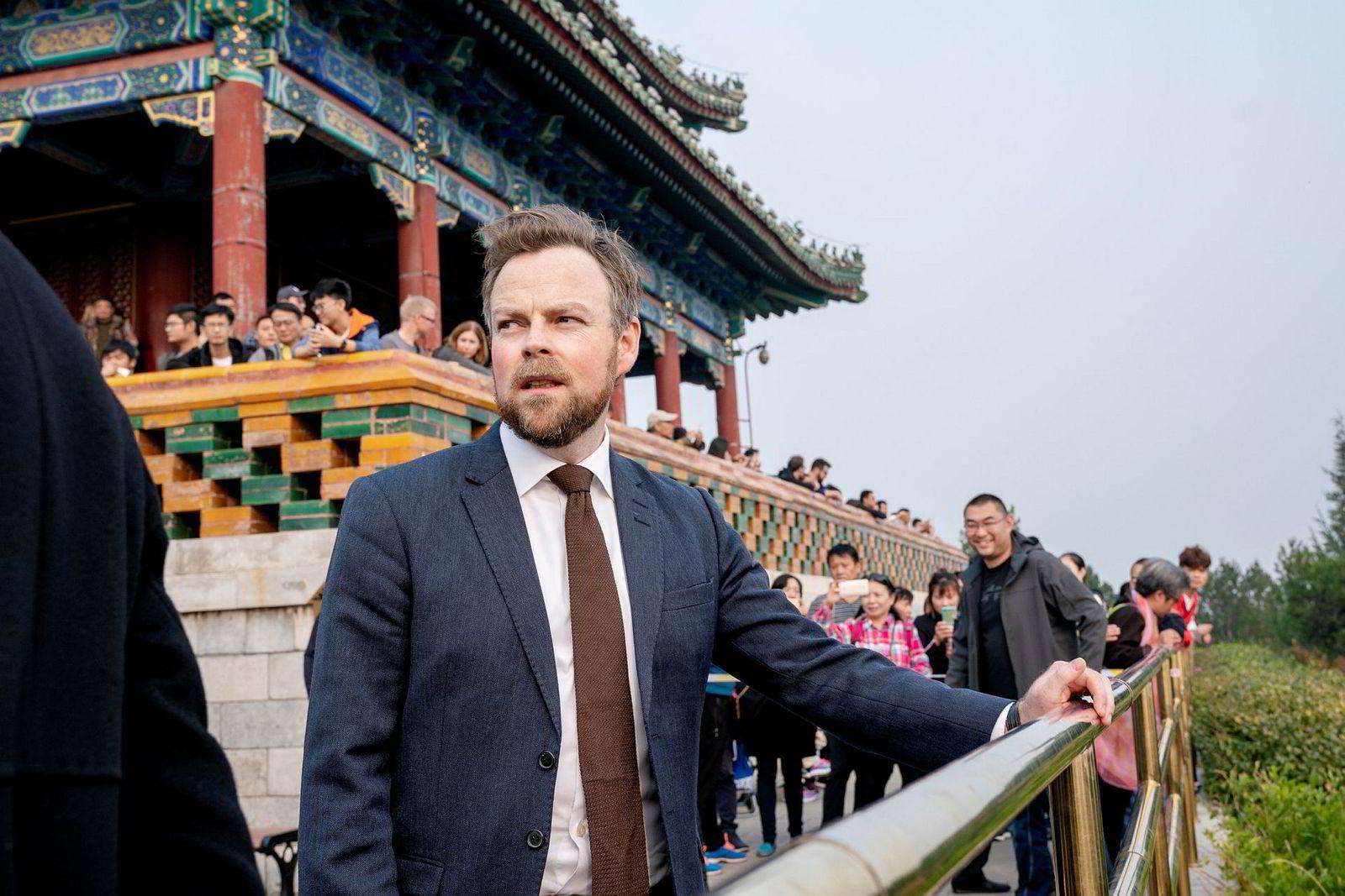 Næringsminister Torbjørn Røe Isaksen møtte norsk presse i Jingshin Park i Beijing søndag. Han er i Kina for å øke handelen mellom landene – og en ny flyrute.