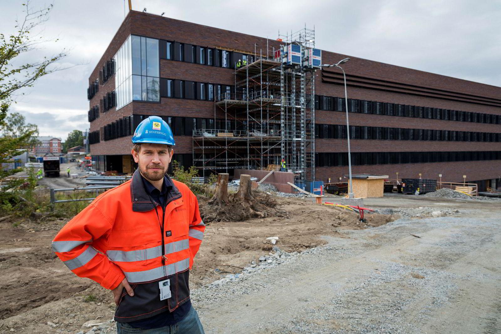 Prosjektleder Mads Lohne i Statsbygg foran et av de mange nybyggene som med totalt 65.000 kvadratmeter skal huse veterinærhøgskolen som flytter til Ås.