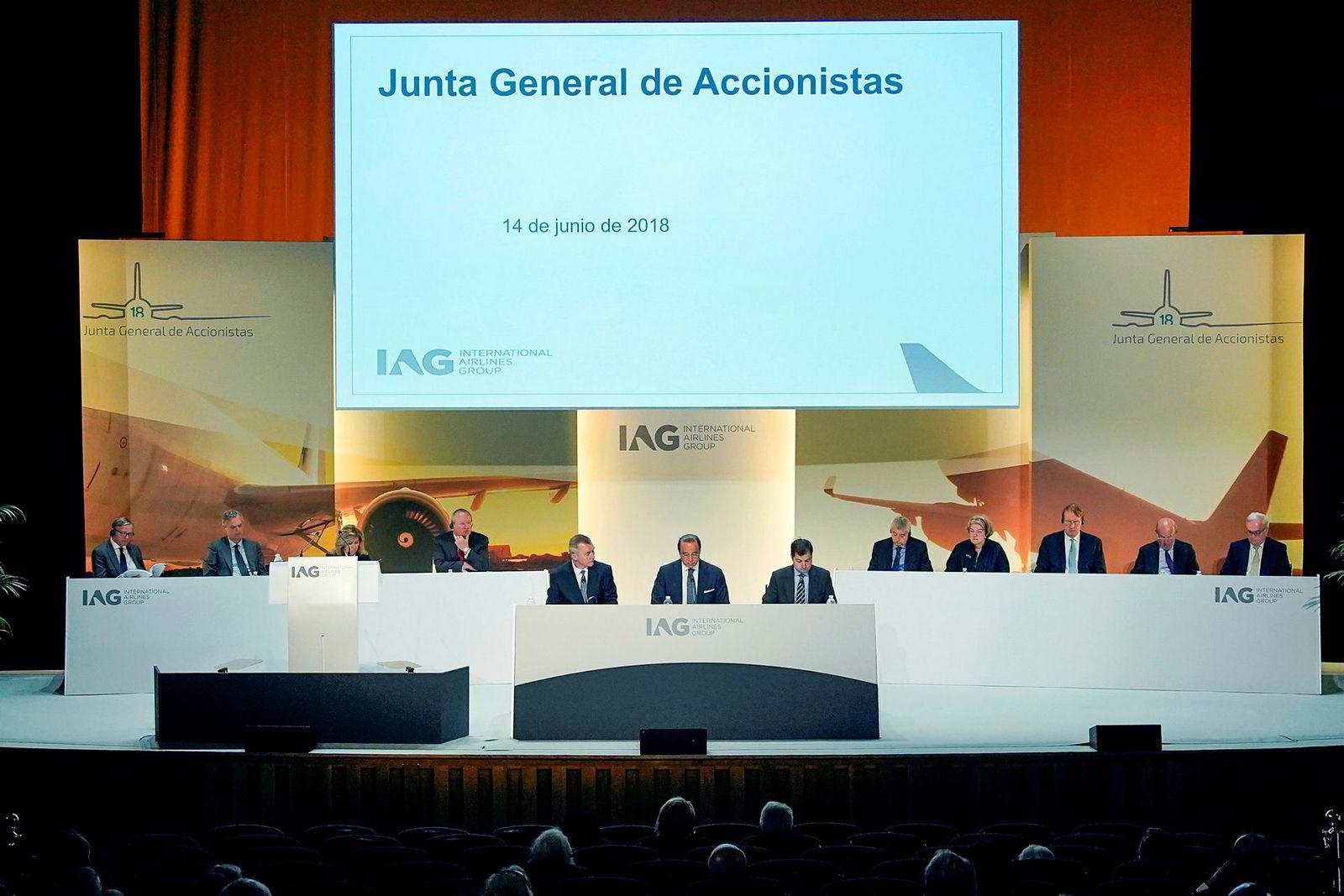 IAG-sjef Willie Walsh og styreleder Antonio Vázquez Romero kom inn fra bakveien til IAGs generalforsamling.