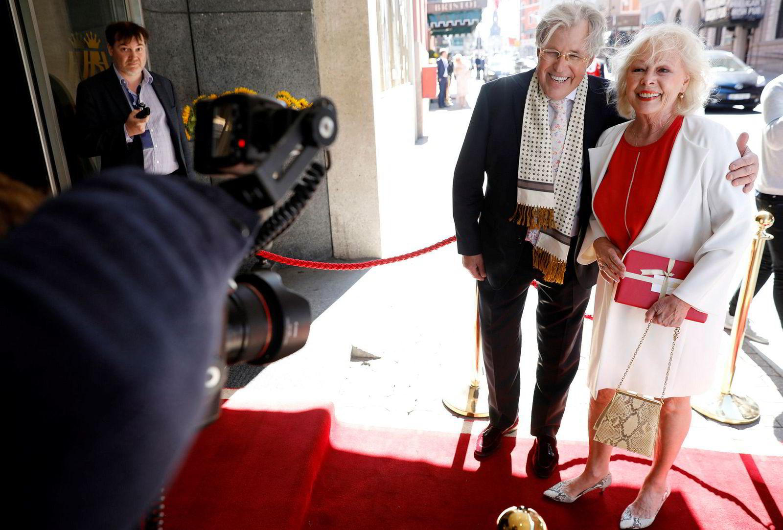 Finn Schjøll mener paret gjør godt i å holde bryllupsseremonien kort. Her sammen med skuespiller Lise Fjeldstad.